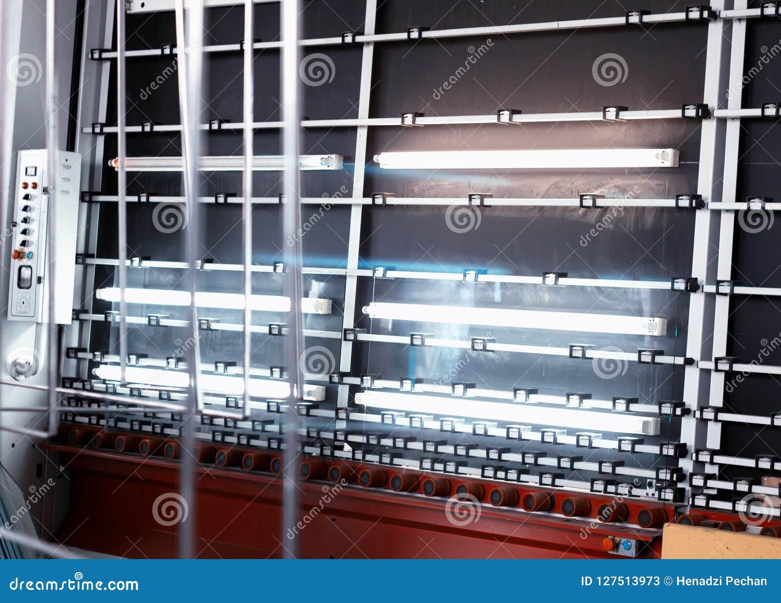 Produktion av PVC-fönster och dubblett-glasade fönster, en linje för tvätt och att torka av exponeringsglas för tillverkning av s