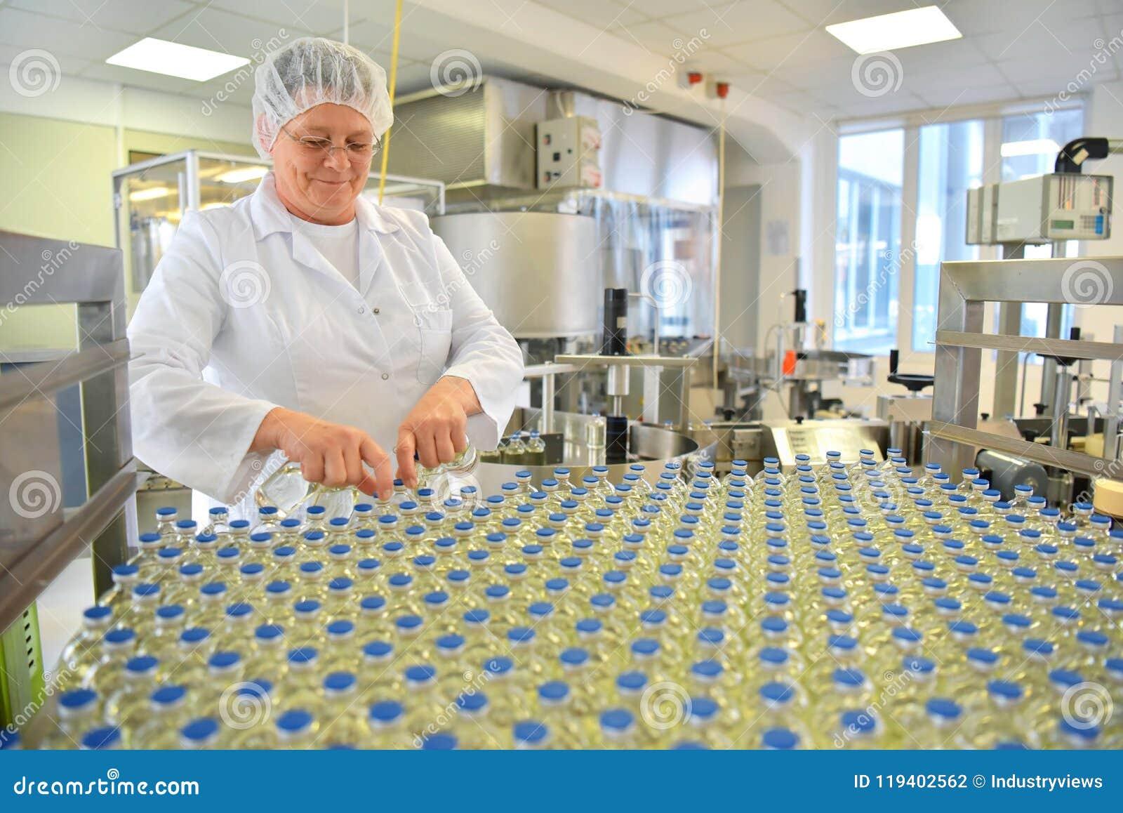 Produktion und Füllen von Drogen in einem pharmazeutischen Fördererbel