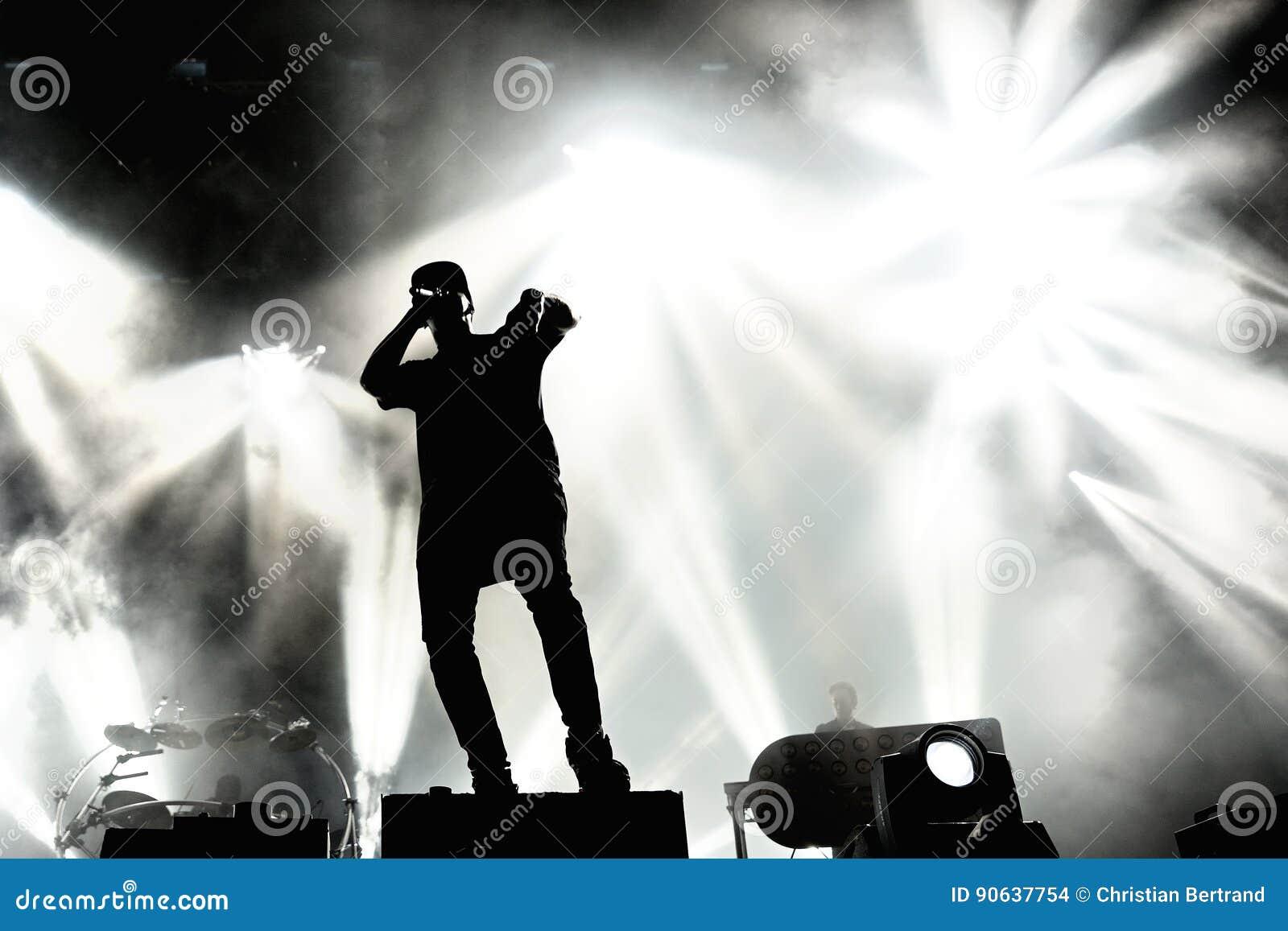 Produktionsduoband der elektronischen Musik der Verfolgung u. des Status britische im Konzert an FLUNKEREI Festival
