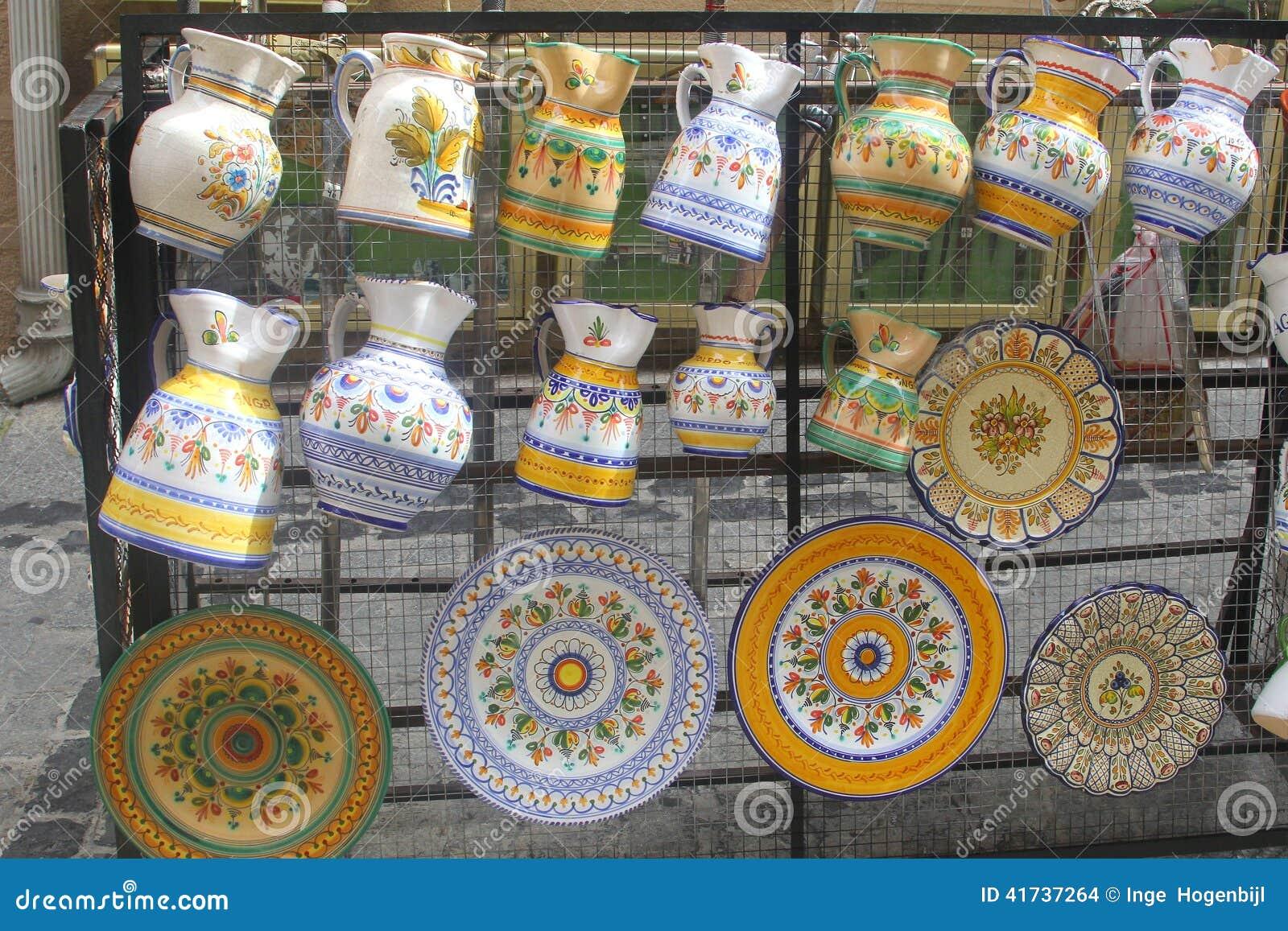 Produto de cerâmica pintado à mão em Toledo, Espanha