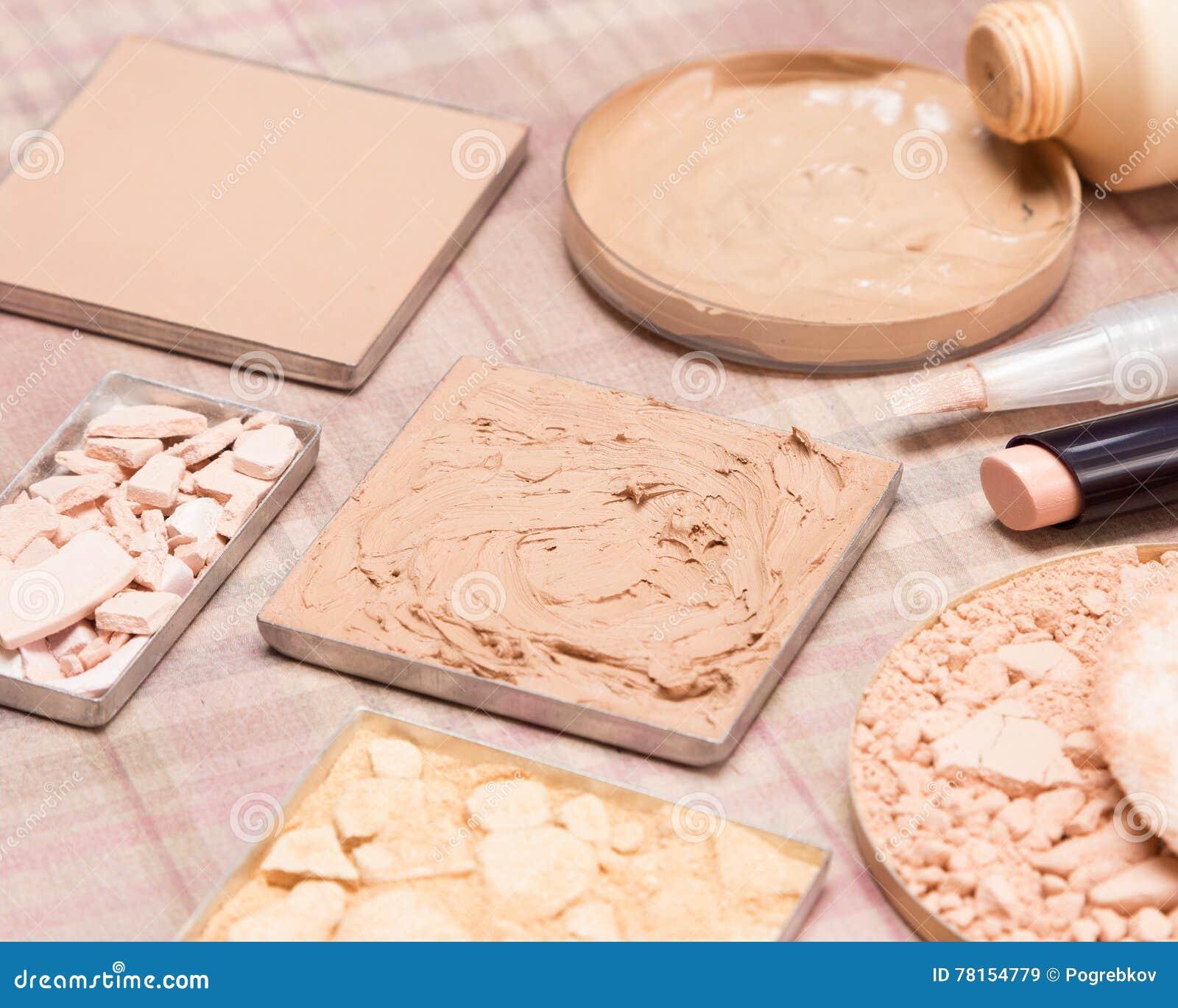 Produtos de composição básicos para criar o tom de pele bonito