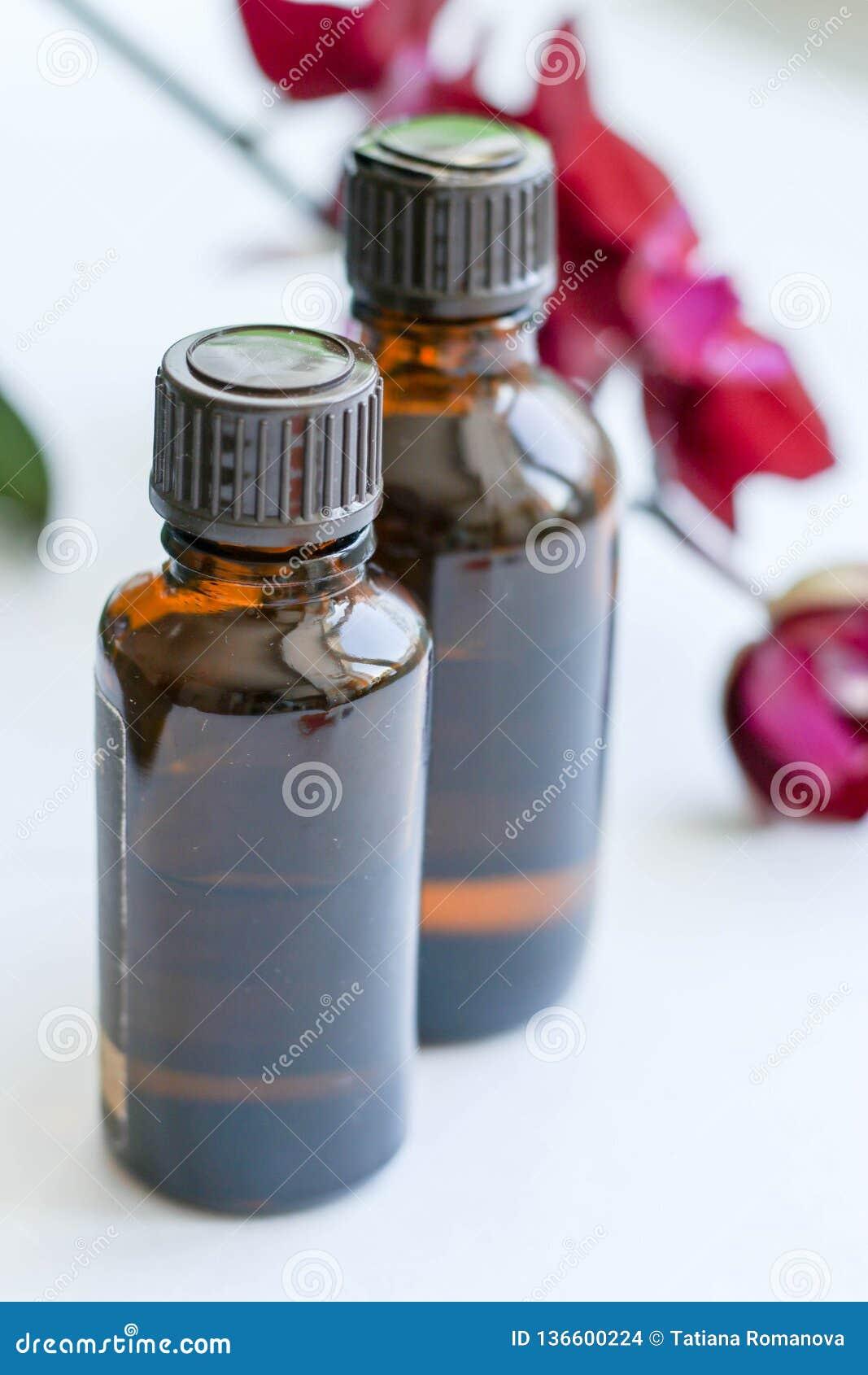 Produtos e cosméticos da saúde Cuidados com a pele ervais e minerais Um frasco do óleo, garrafas cosméticas escuras sem uma etiqu