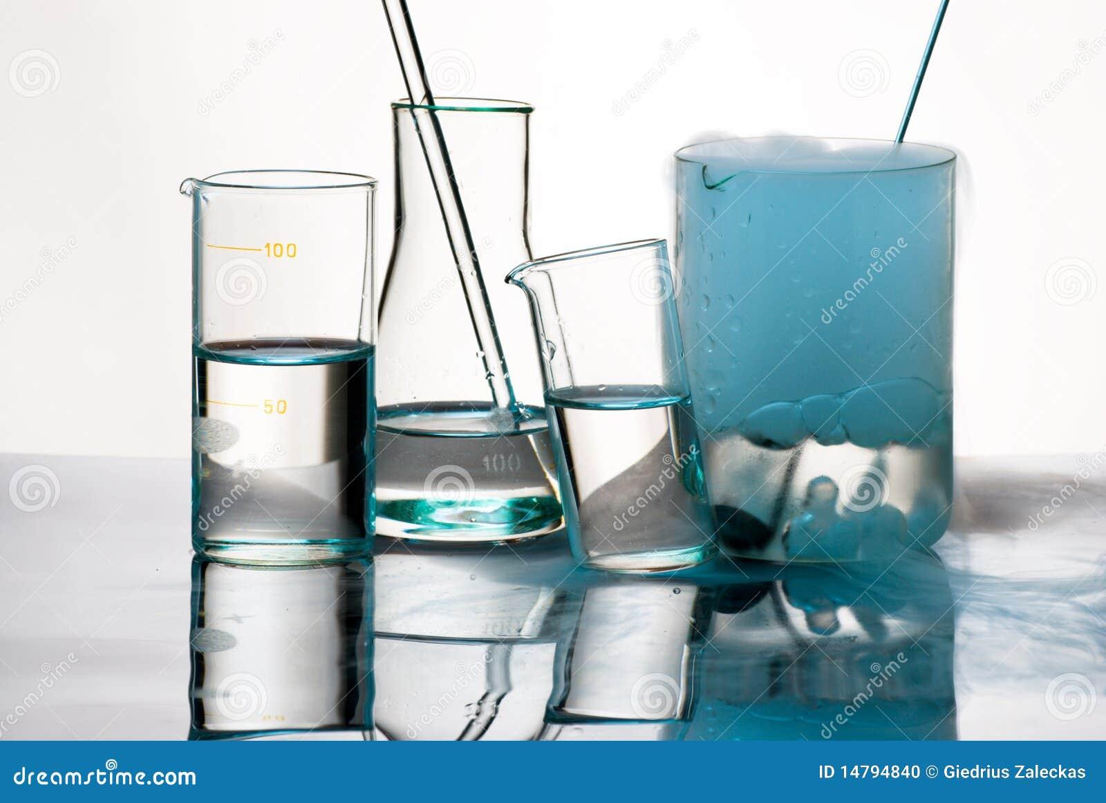 Produtos vidreiros durante a experiência com vapores azuis