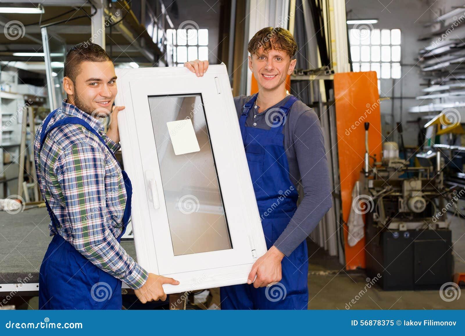 Produzione di profili e delle finestre del PVC alla fabbrica moderna