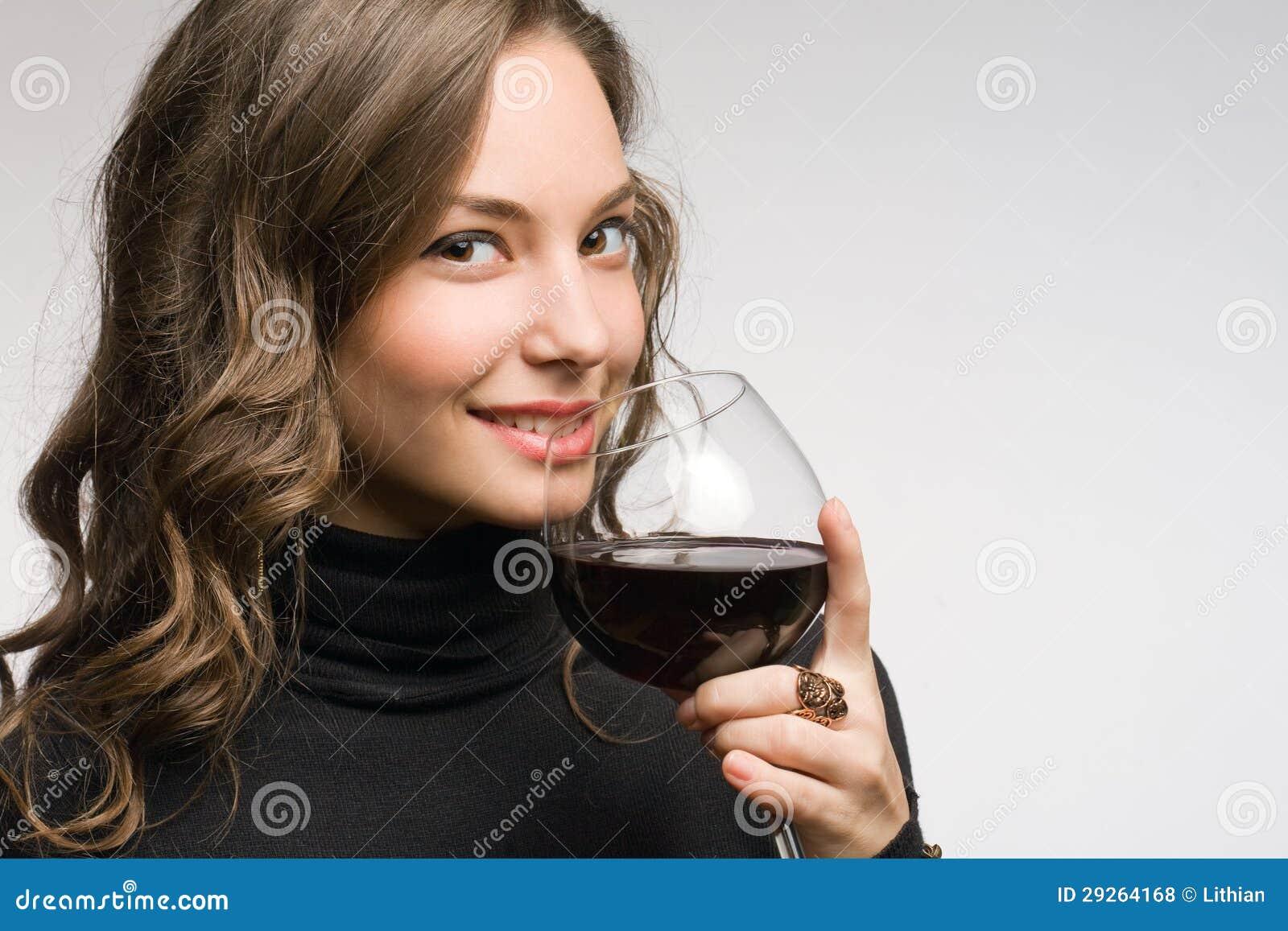 Proevende grote wijn.