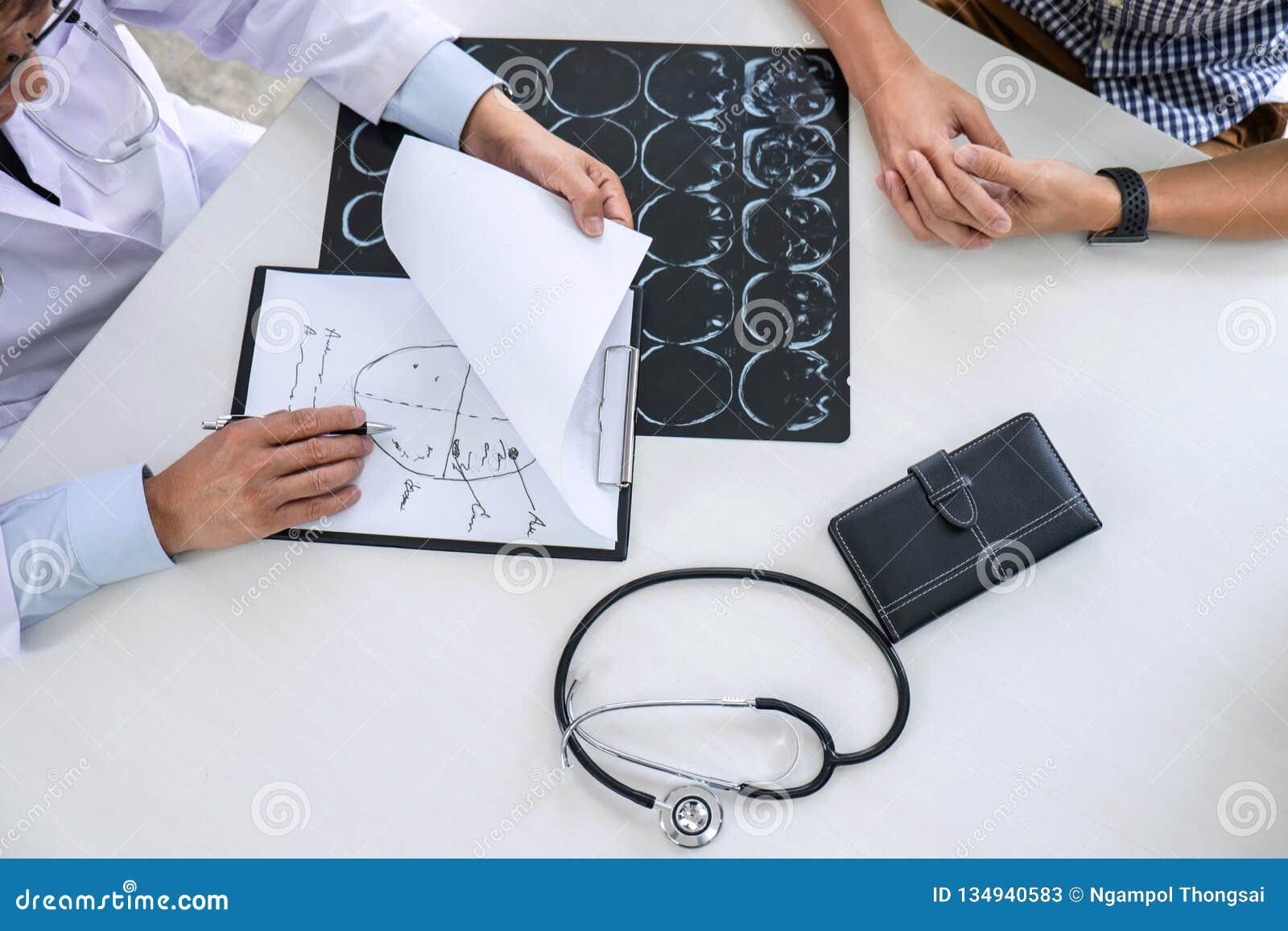 Profesor lekarka ma rozmowę z pacjentem i trzyma promieniowanie rentgenowskie film podczas gdy dyskutujący wyjaśniający objawy lu