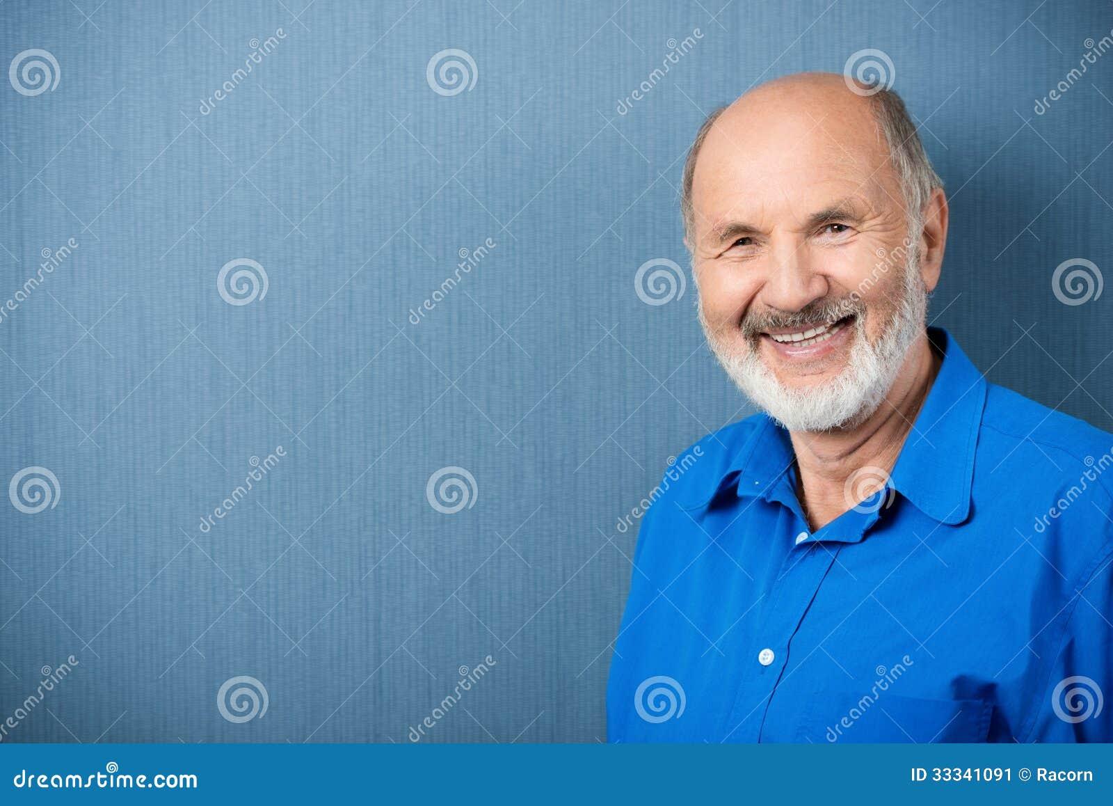 Profesor mayor caucásico que sonríe en la cámara