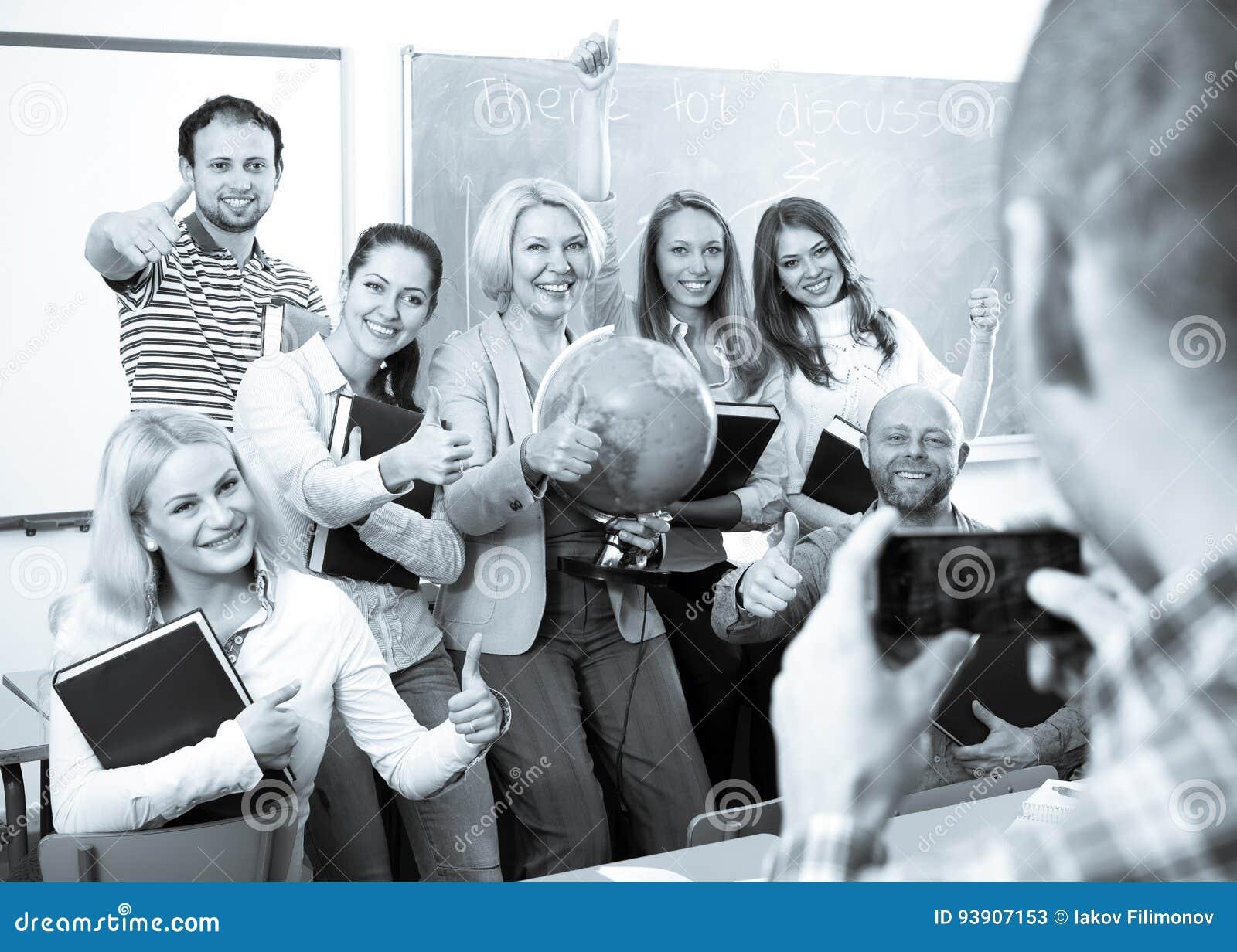 Profesor que toma una foto de estudiantes
