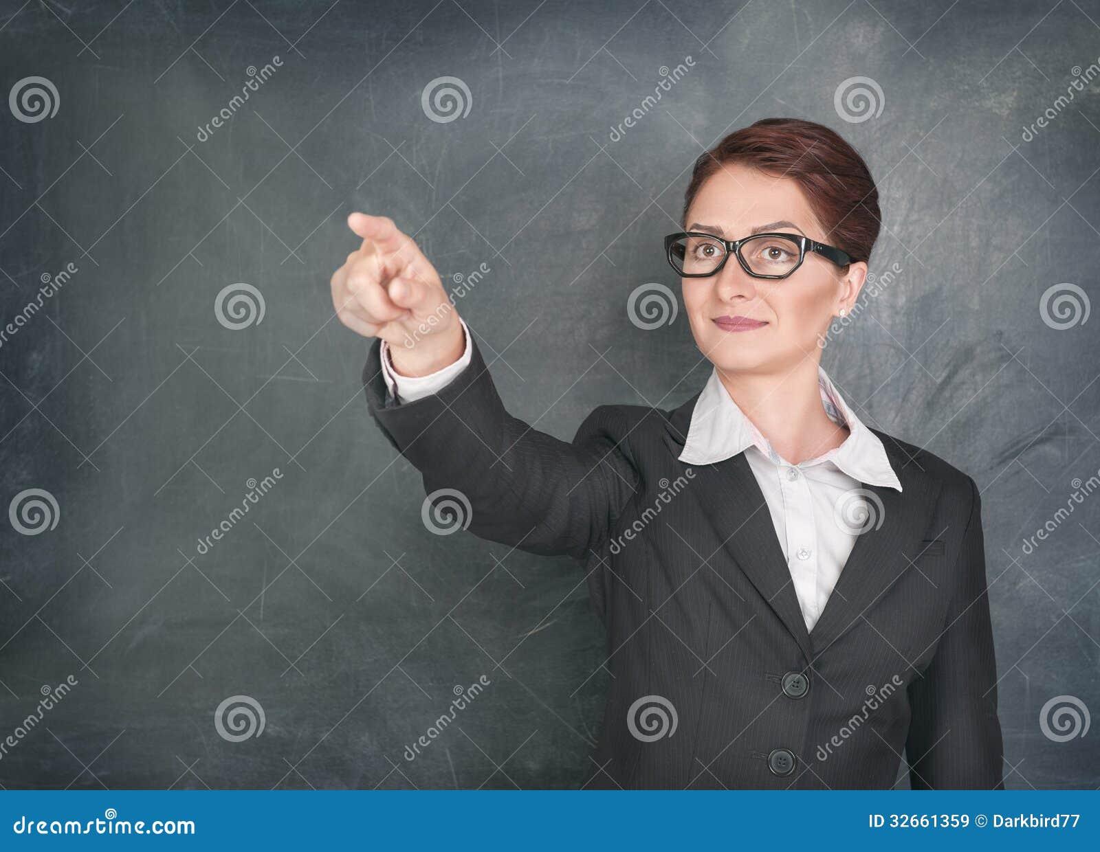 Profesor sonriente que llama al estudiante