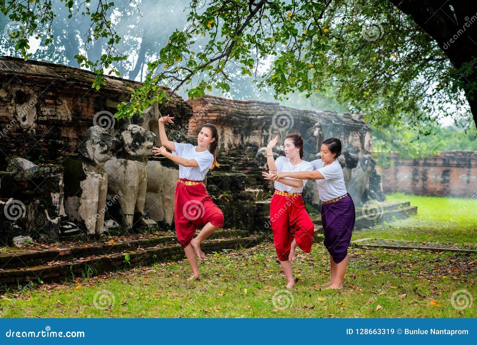 Profesor trainning de la danza hermosa de dos la demostración tailandesa tailandesa de Khon muchachas