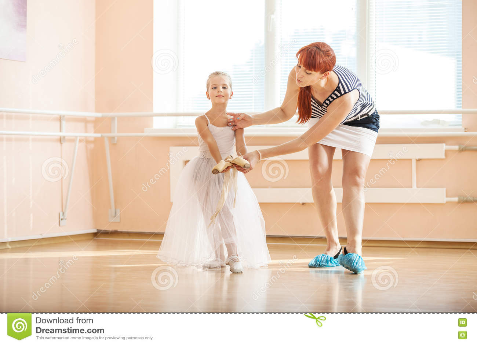Professeur Ajustant La Position De Jeunes Ballerines Au