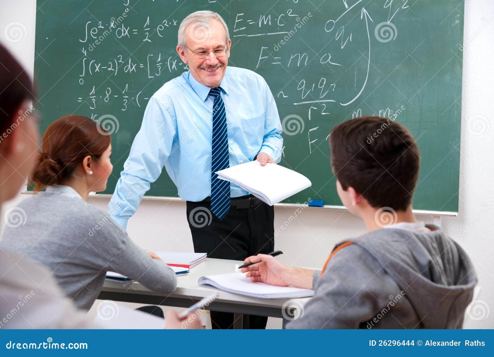 Professeur avec des étudiants dans la salle de classe