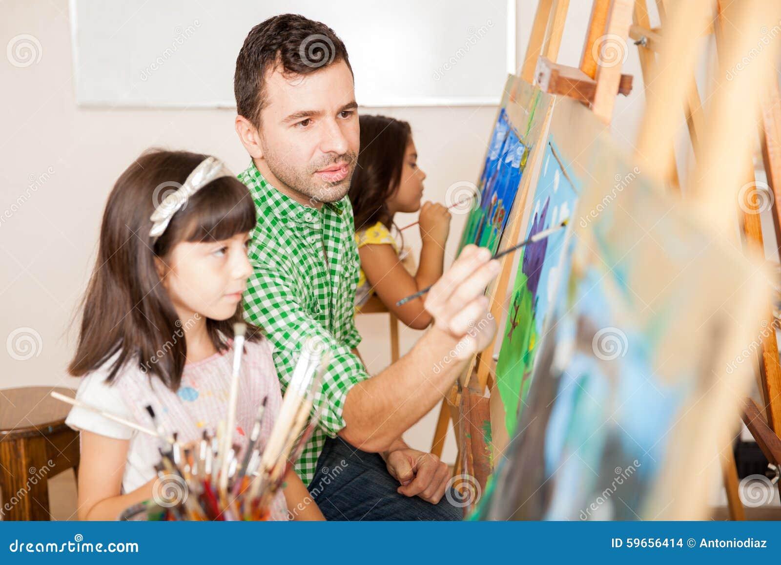 Professeur d art aidant un étudiant