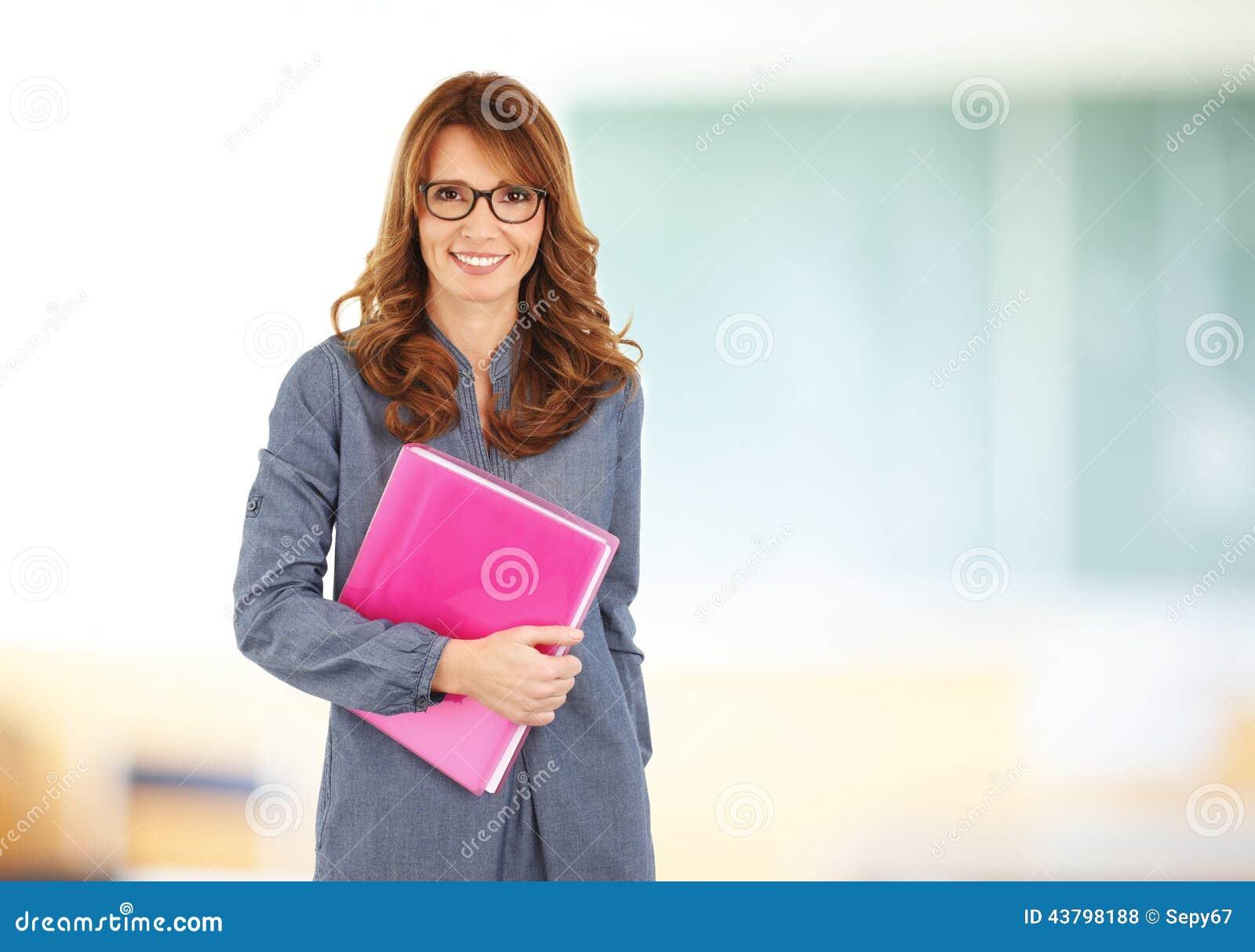 Professeur restant avec le cahier dans la salle de classe