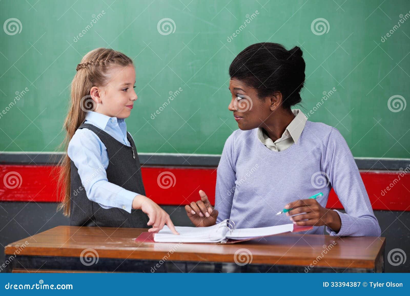 Professeur Smiling While Looking à l écolière