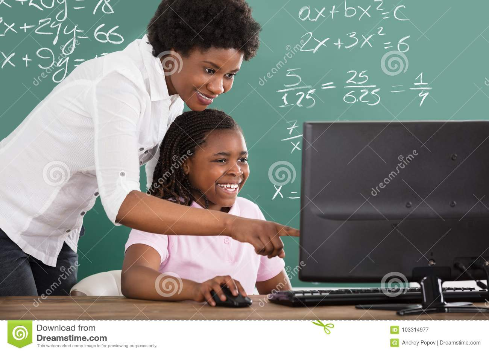 Professeur Teaching Her Student dans la classe