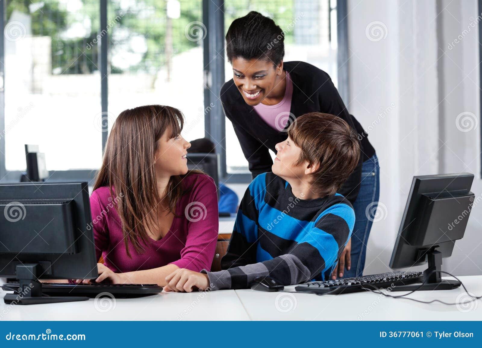 Professeur And Teenage Students dans le laboratoire d ordinateur