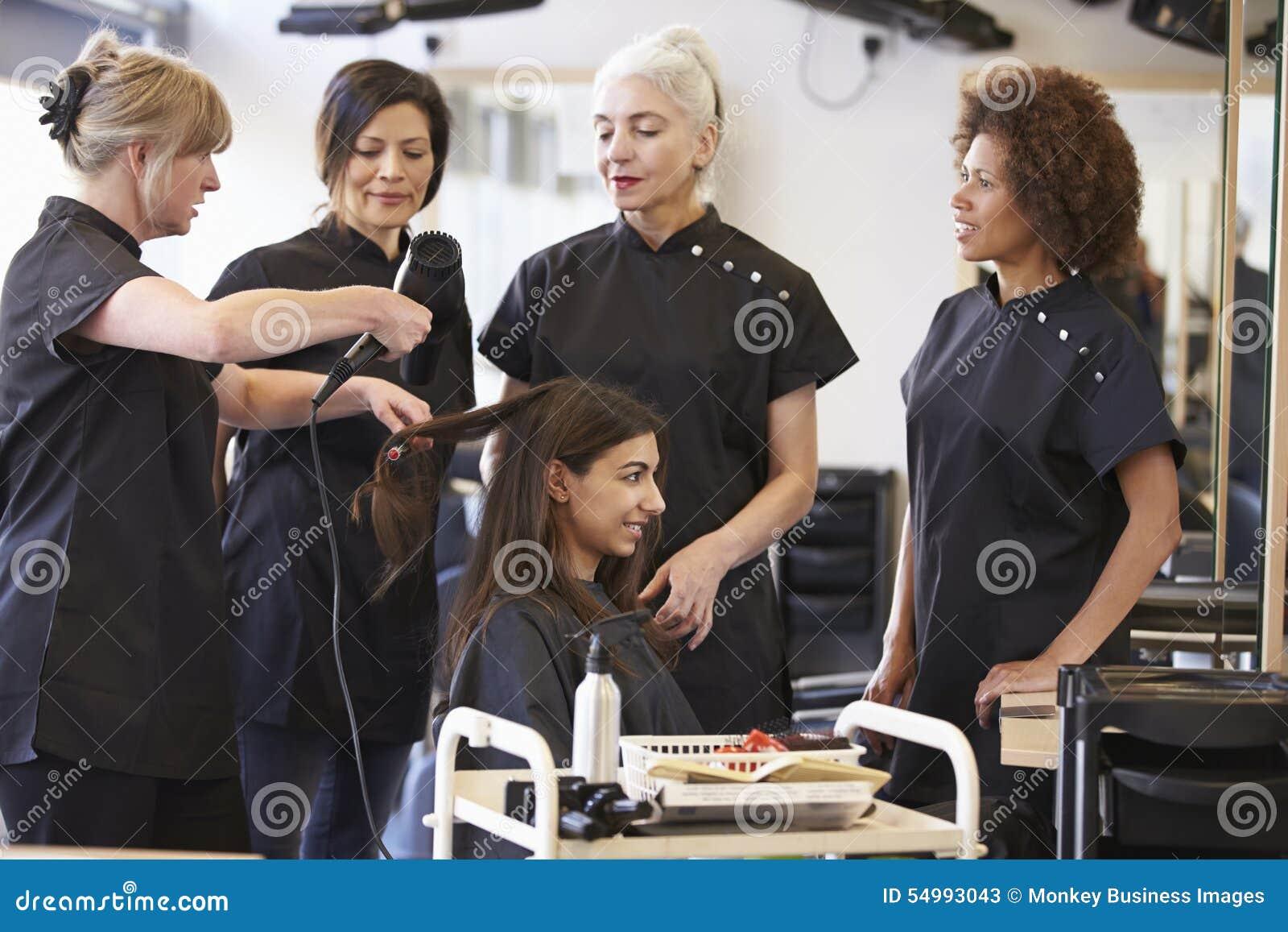 Professeur Training Mature Students dans la coiffure