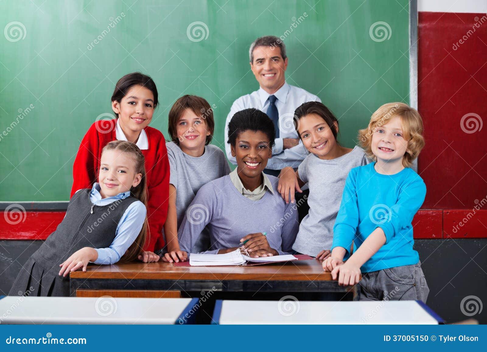 Professeurs sûrs avec des écoliers ensemble à