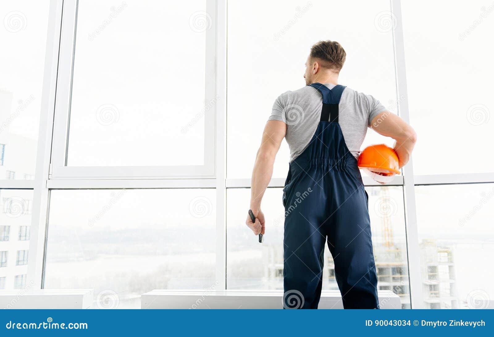 Professioanl konstruktionstekniker som är involverad i arbete