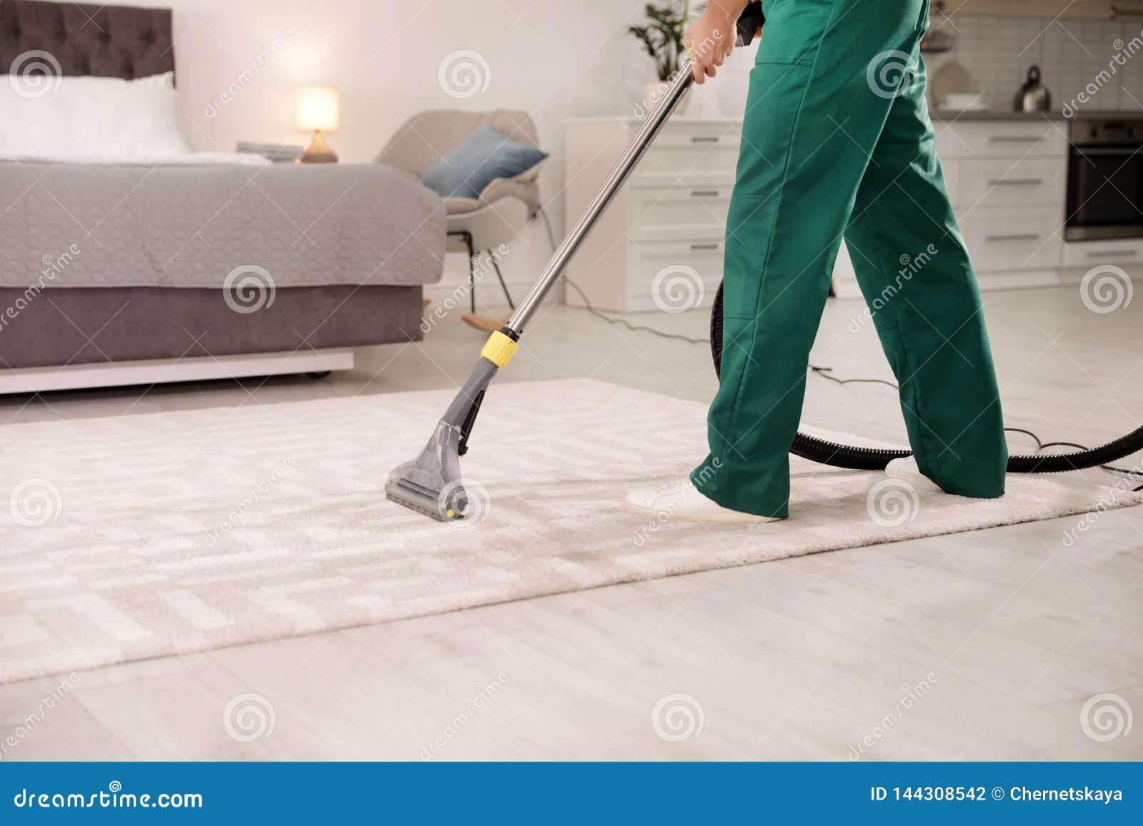 Professioneel portier schoonmakend tapijt binnenshuis