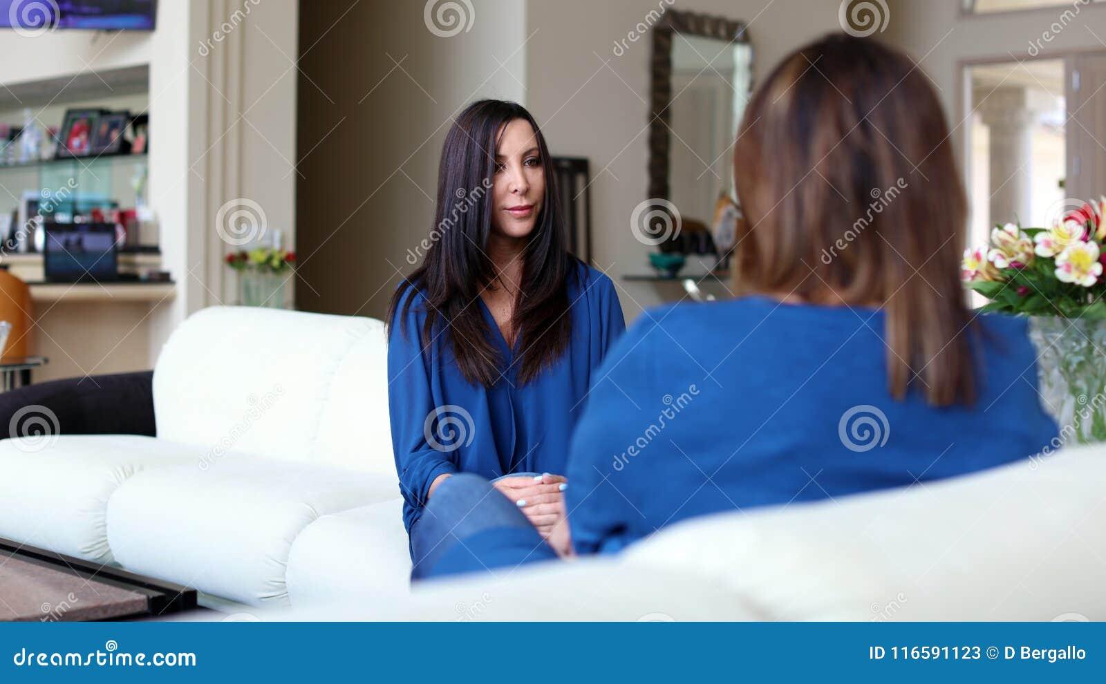 Professioneel psycholoog vrouwelijk artsen donker haar met patiënt Moeder en dochter die een positieve tijd delen