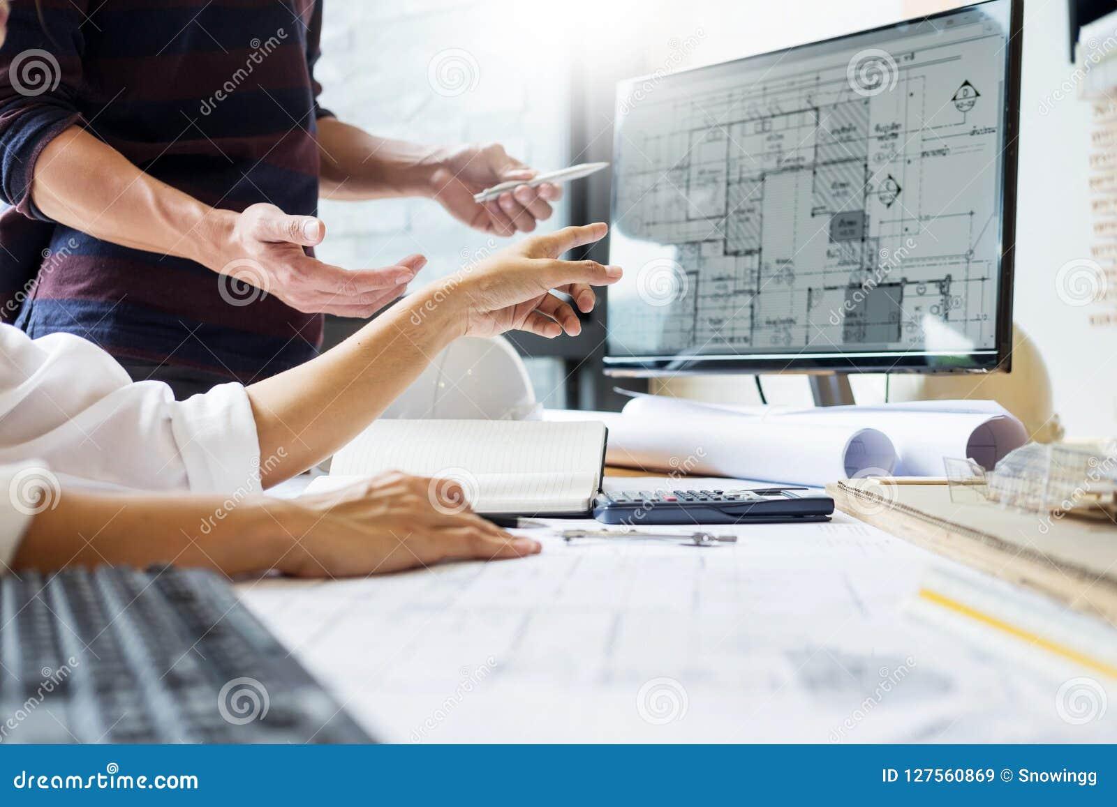 Professioneel structureel de ingenieursteam van de architectenontwerper colleag