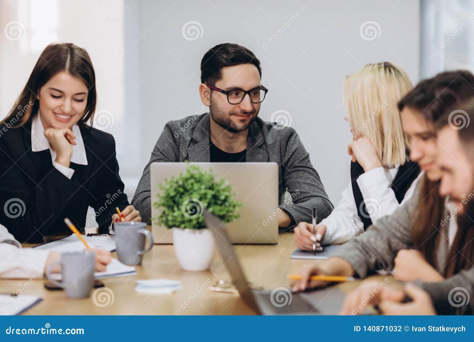 Professioneel Team Gelukkige creatieve jongeren die in team werken terwijl het zijn op het kantoor