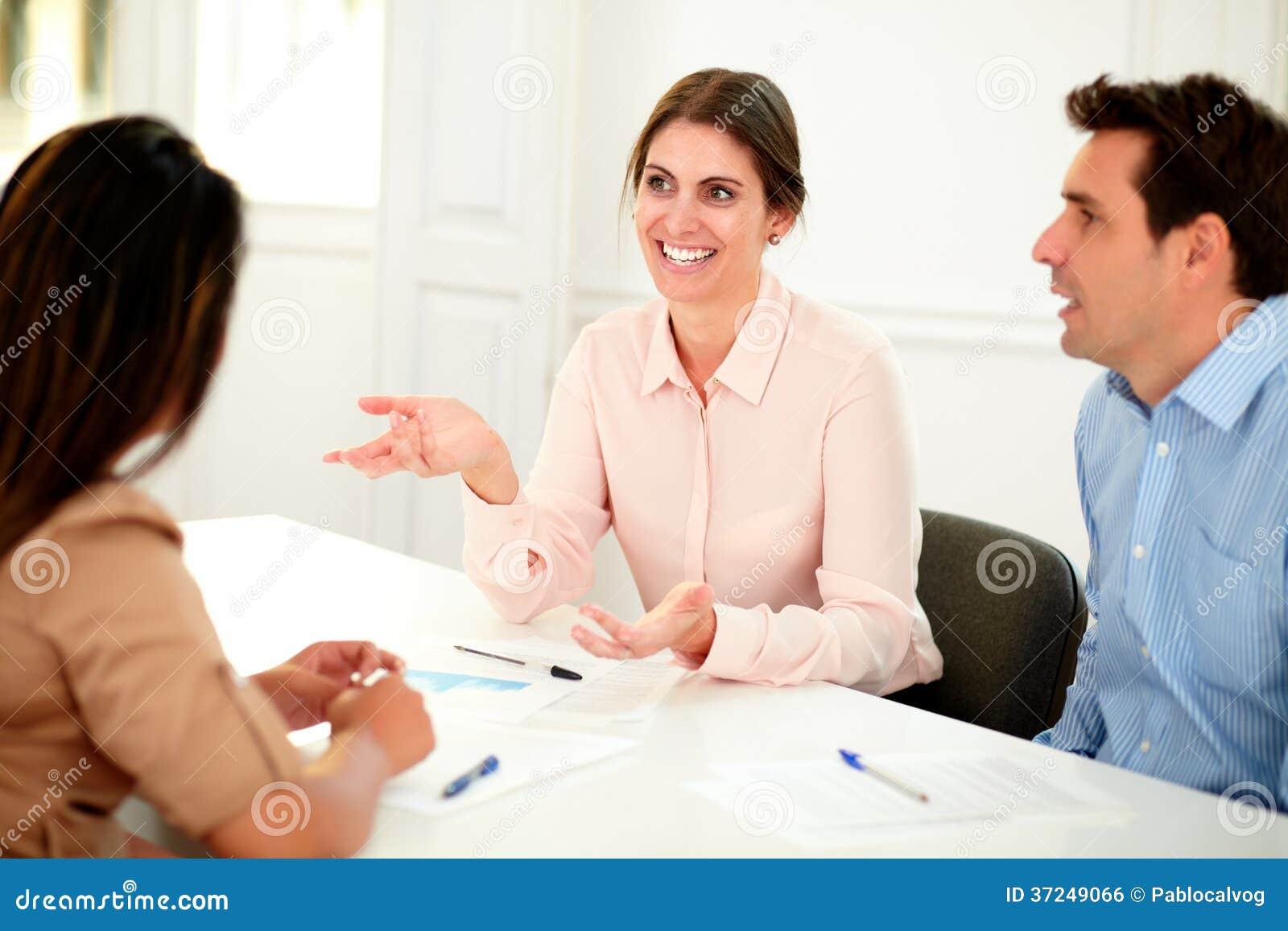 Professioneel uitvoerend team die op vergadering spreken