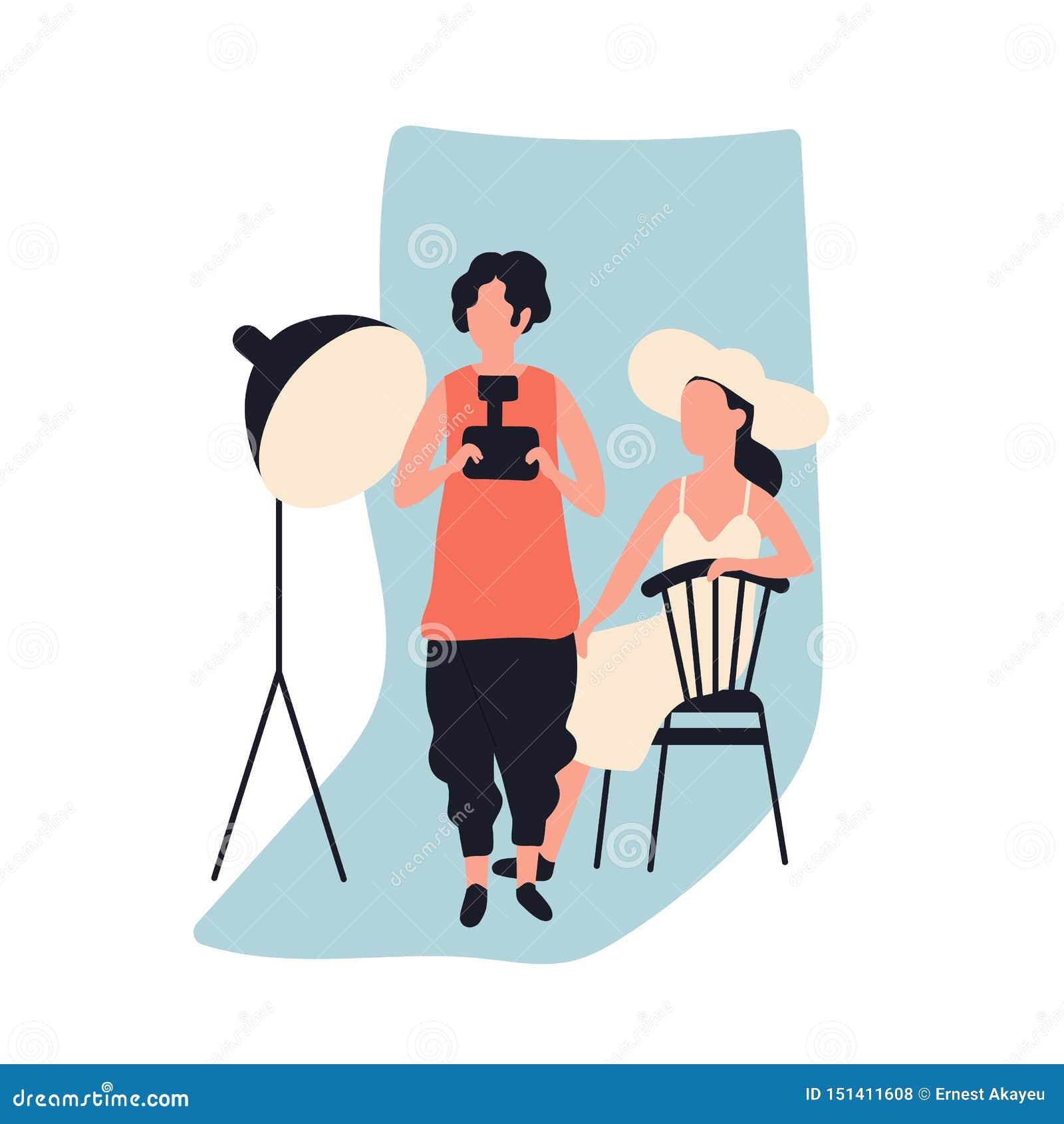 Professioneel vrouwelijk de fotocamera en model van de fotograafholding bij fotografisch studiohoogtepunt van fotografiemateriaal