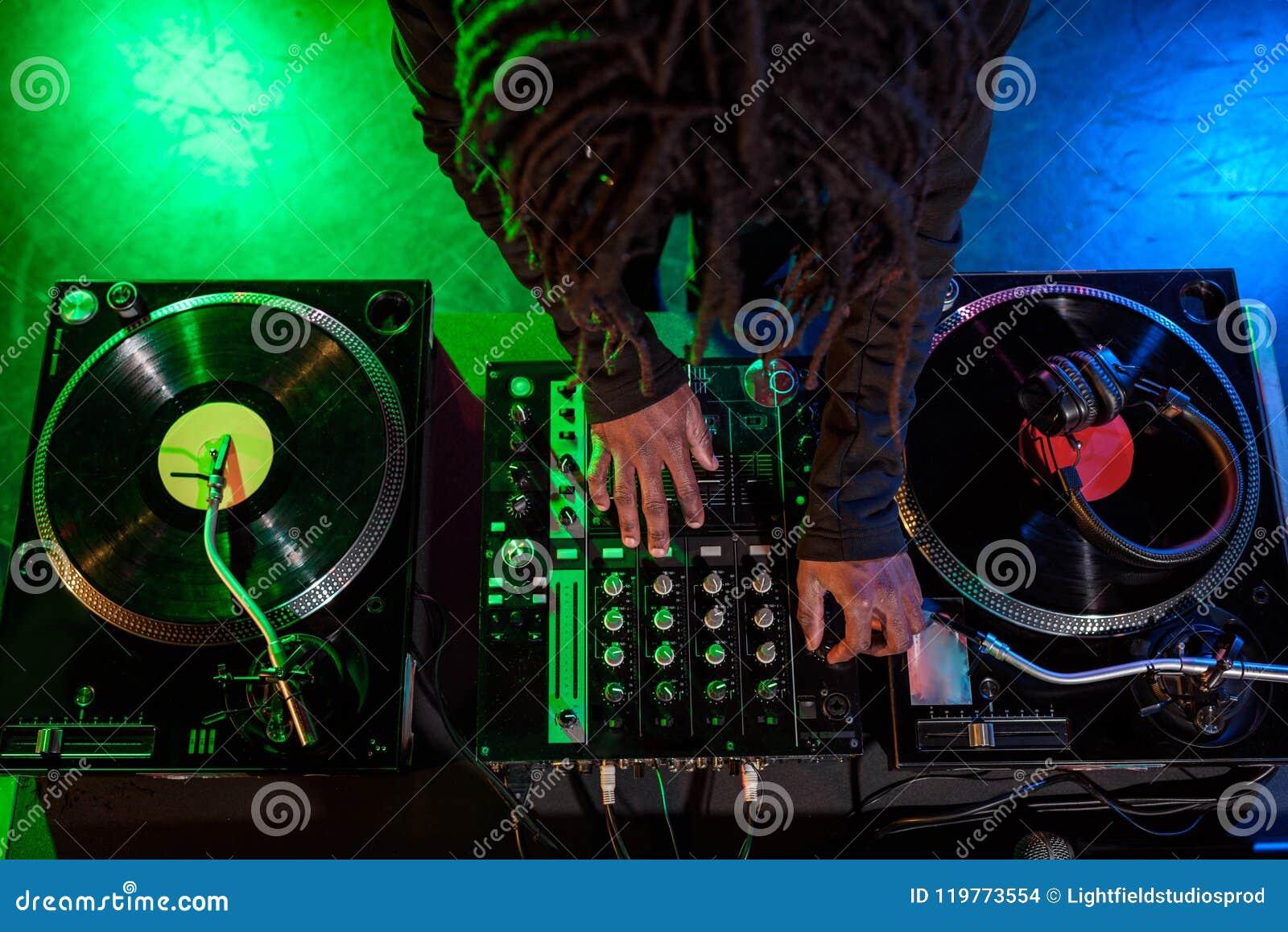 Professionele Afrikaanse Amerikaanse club DJ met correcte mixer