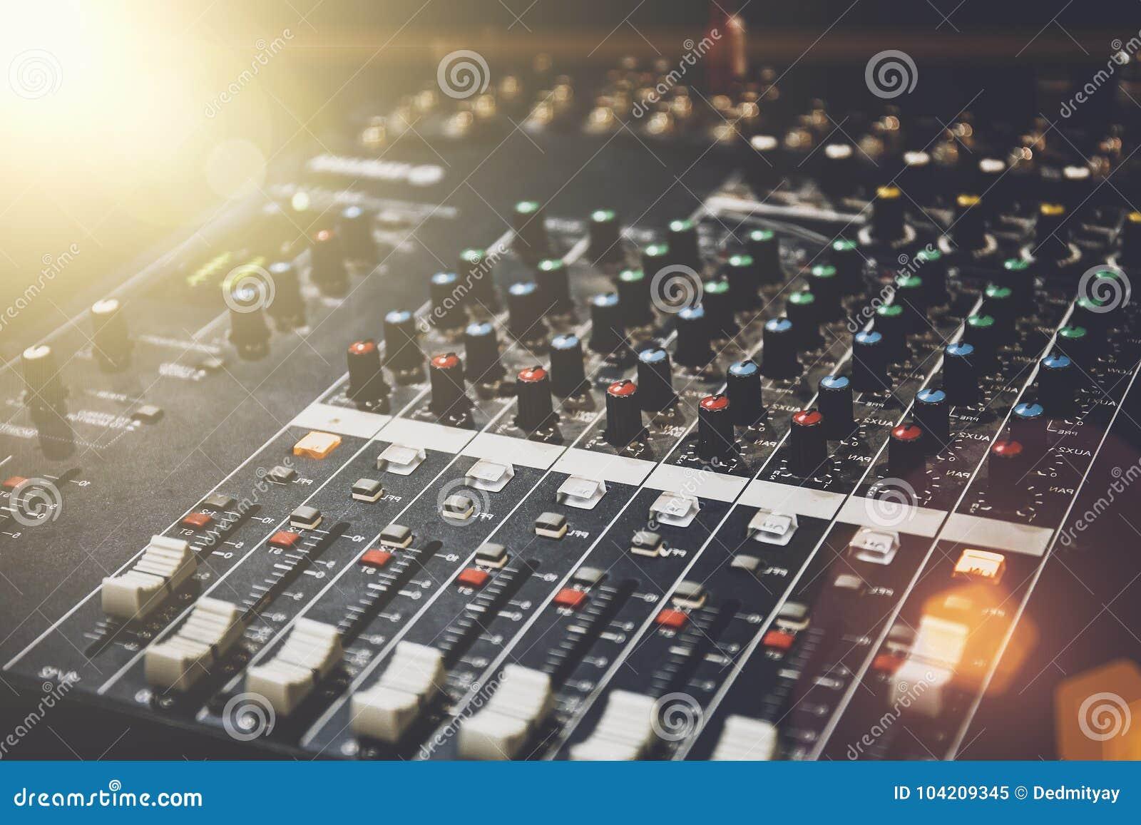 Professionele correcte mixer in studio voor muziek en geluidsopnamemateriaal