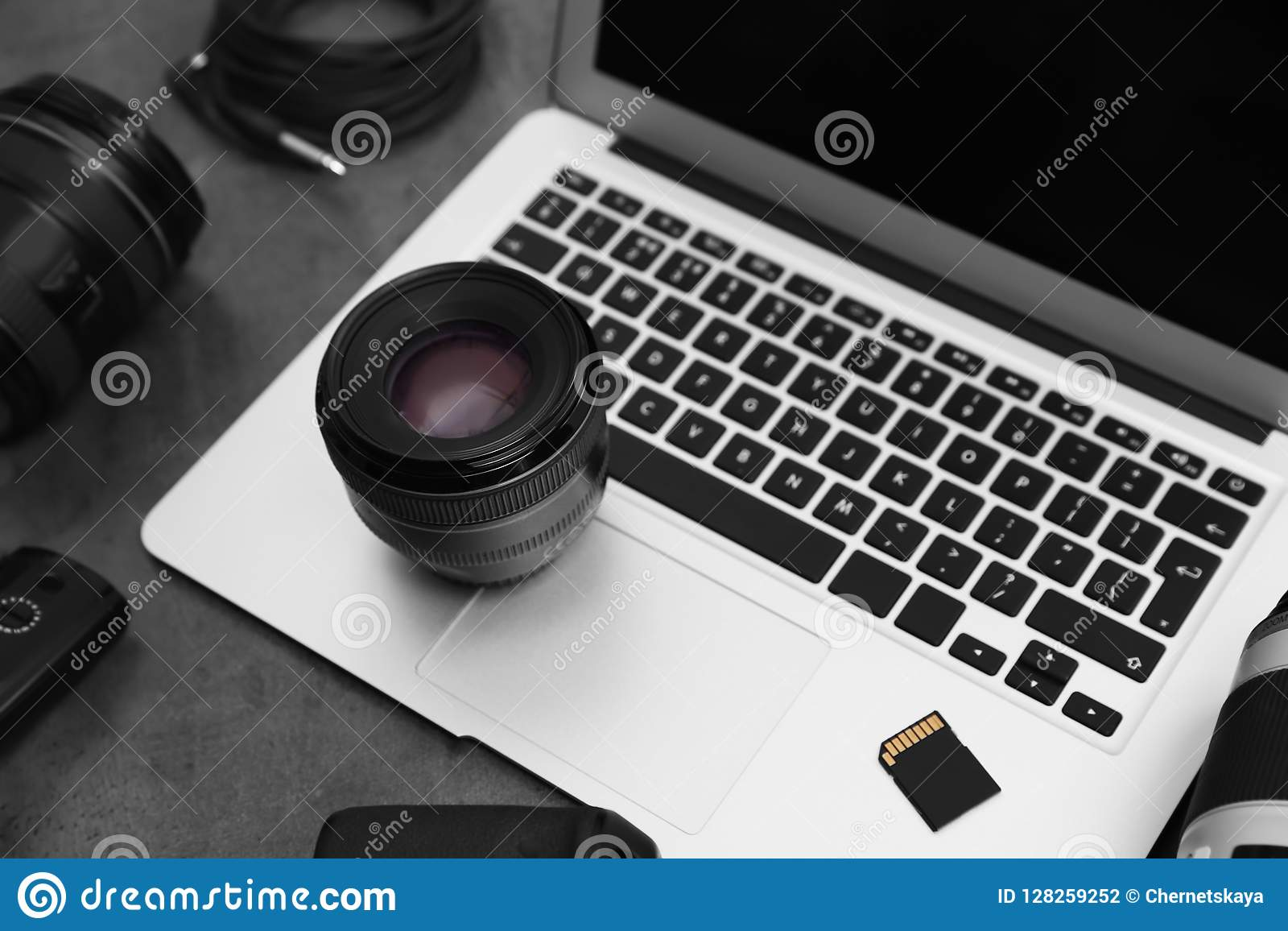 Professionele fotograafmateriaal en laptop