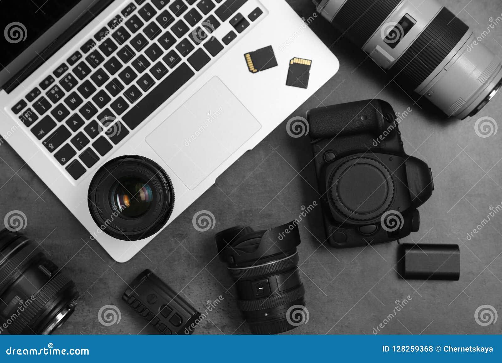 Professionele fotograafmateriaal en laptop op grijze achtergrond