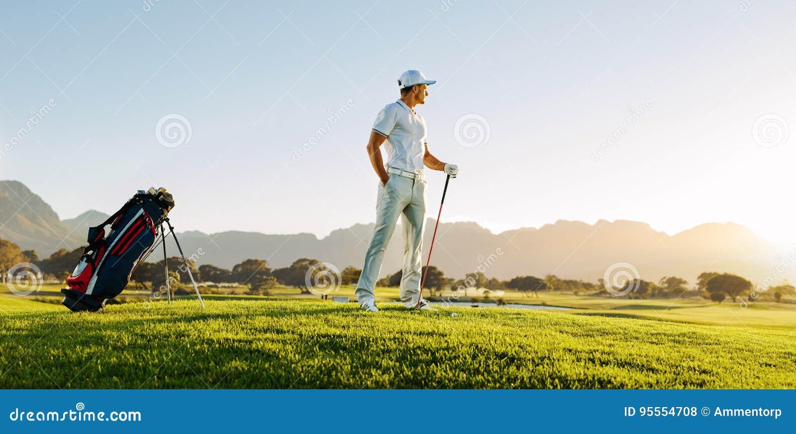 Professionele mannelijke golfspeler op gebied