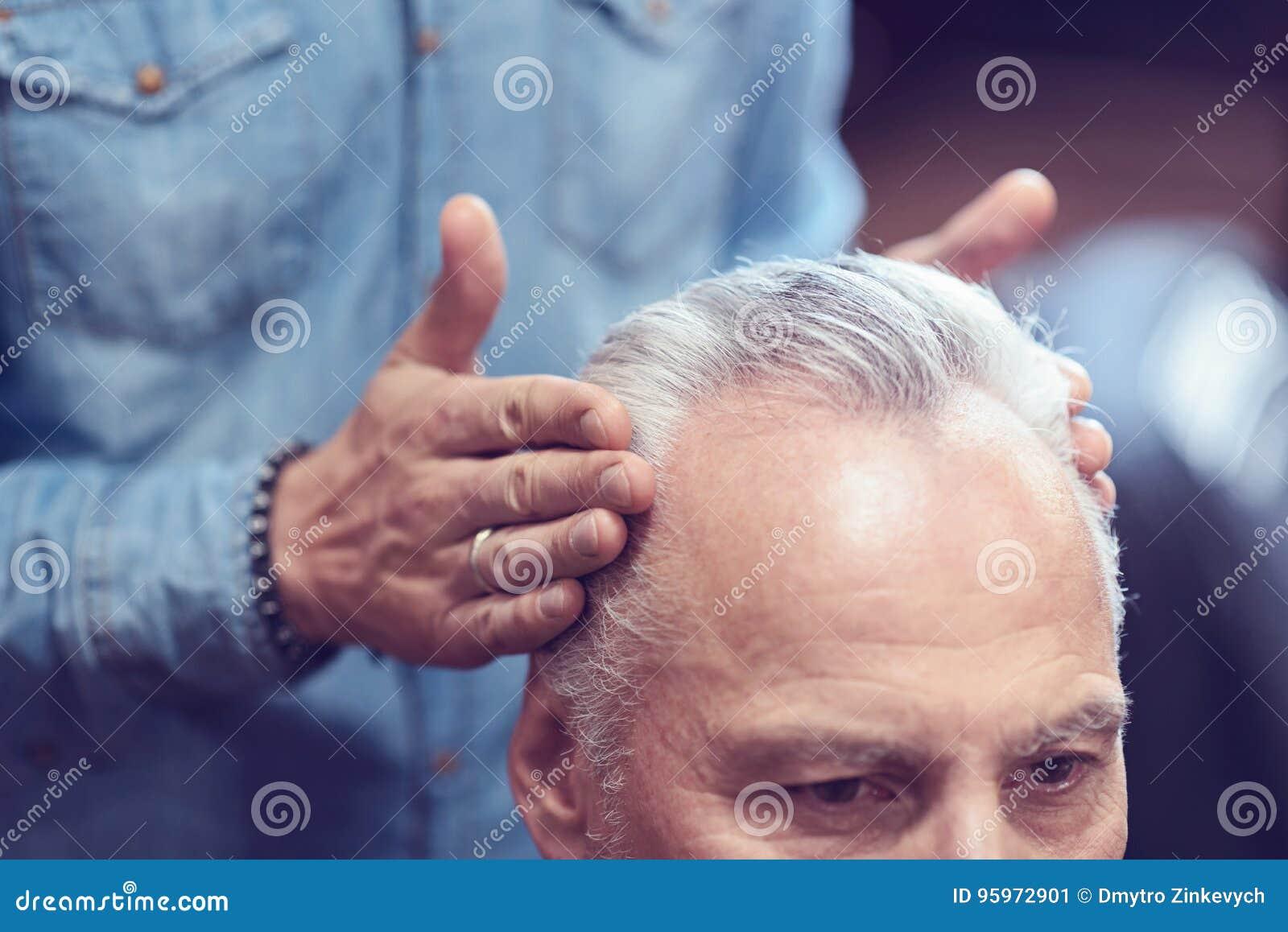Professionele mannelijke kapper die haar het plaatsen doen