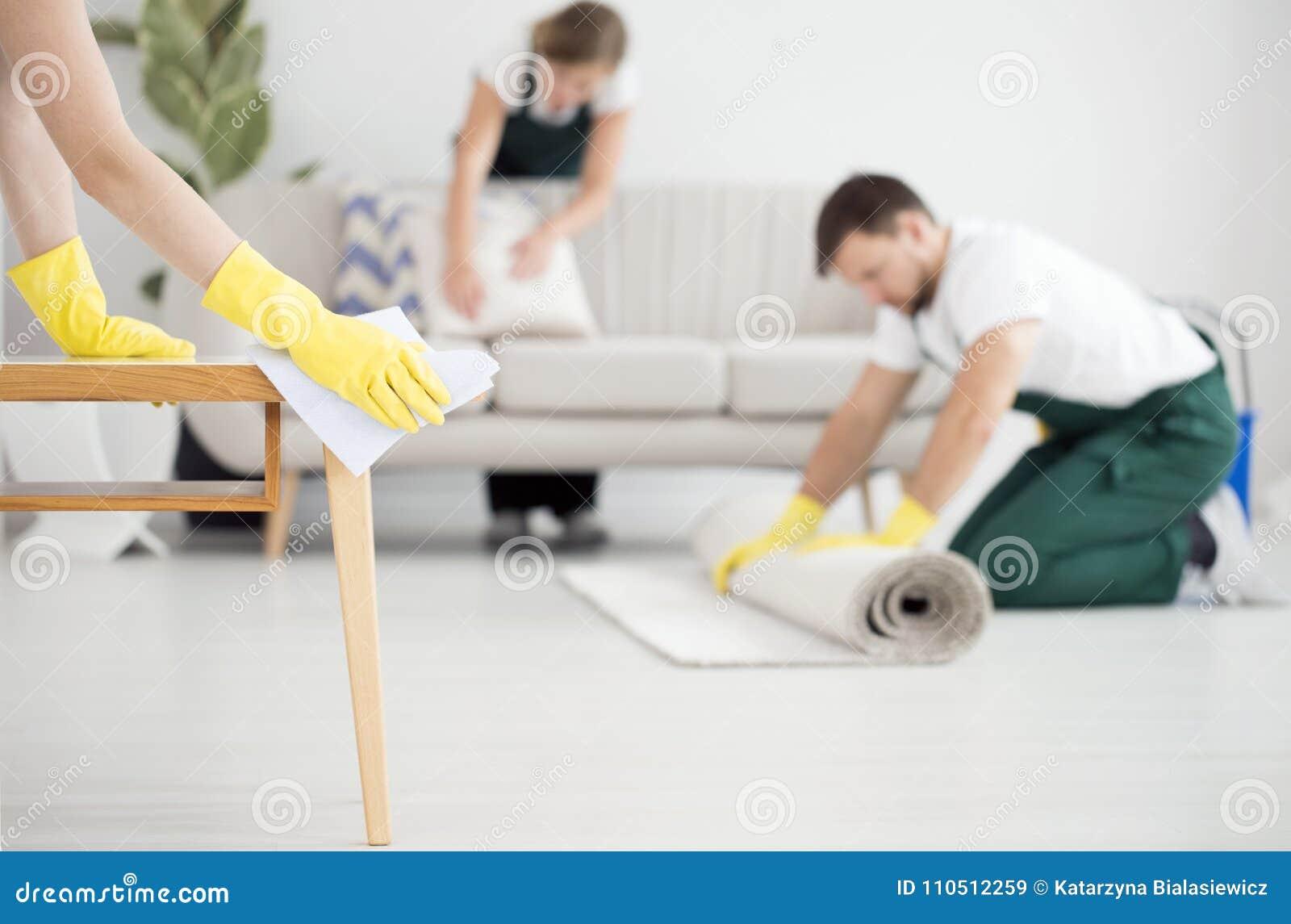 Professionele schoonmakende bemanning op het werk
