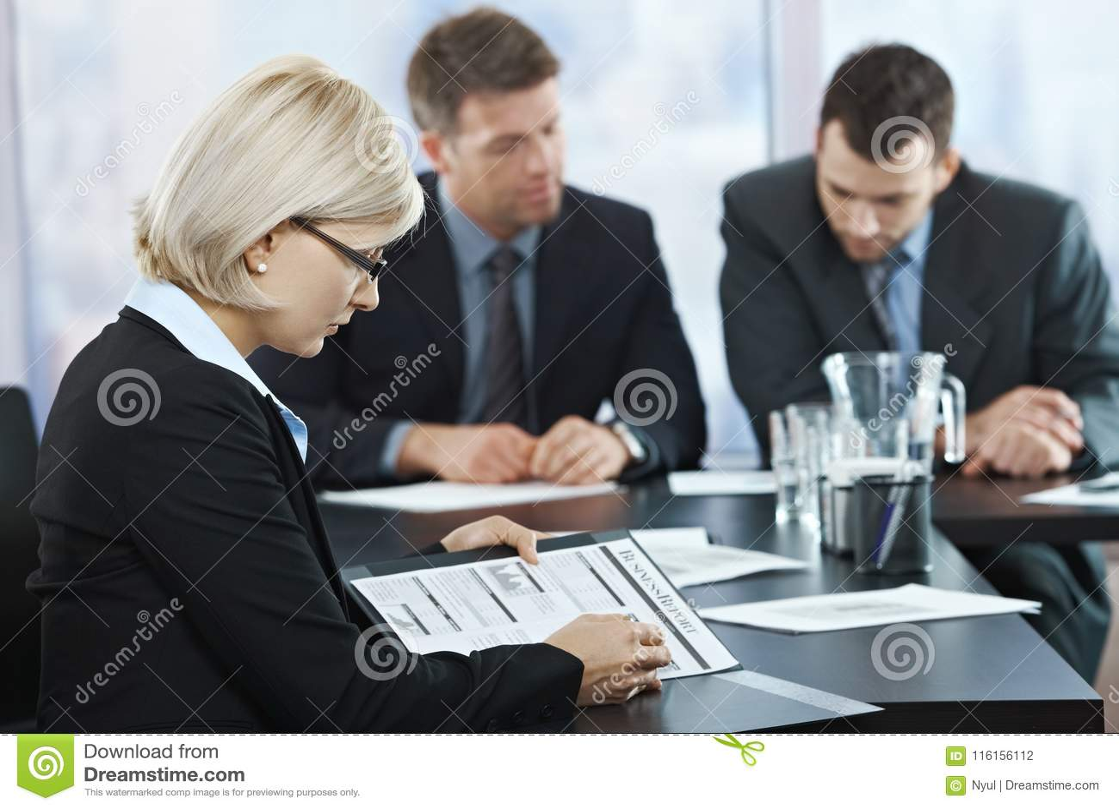 Professionell som kontrollerar dokument på mötet