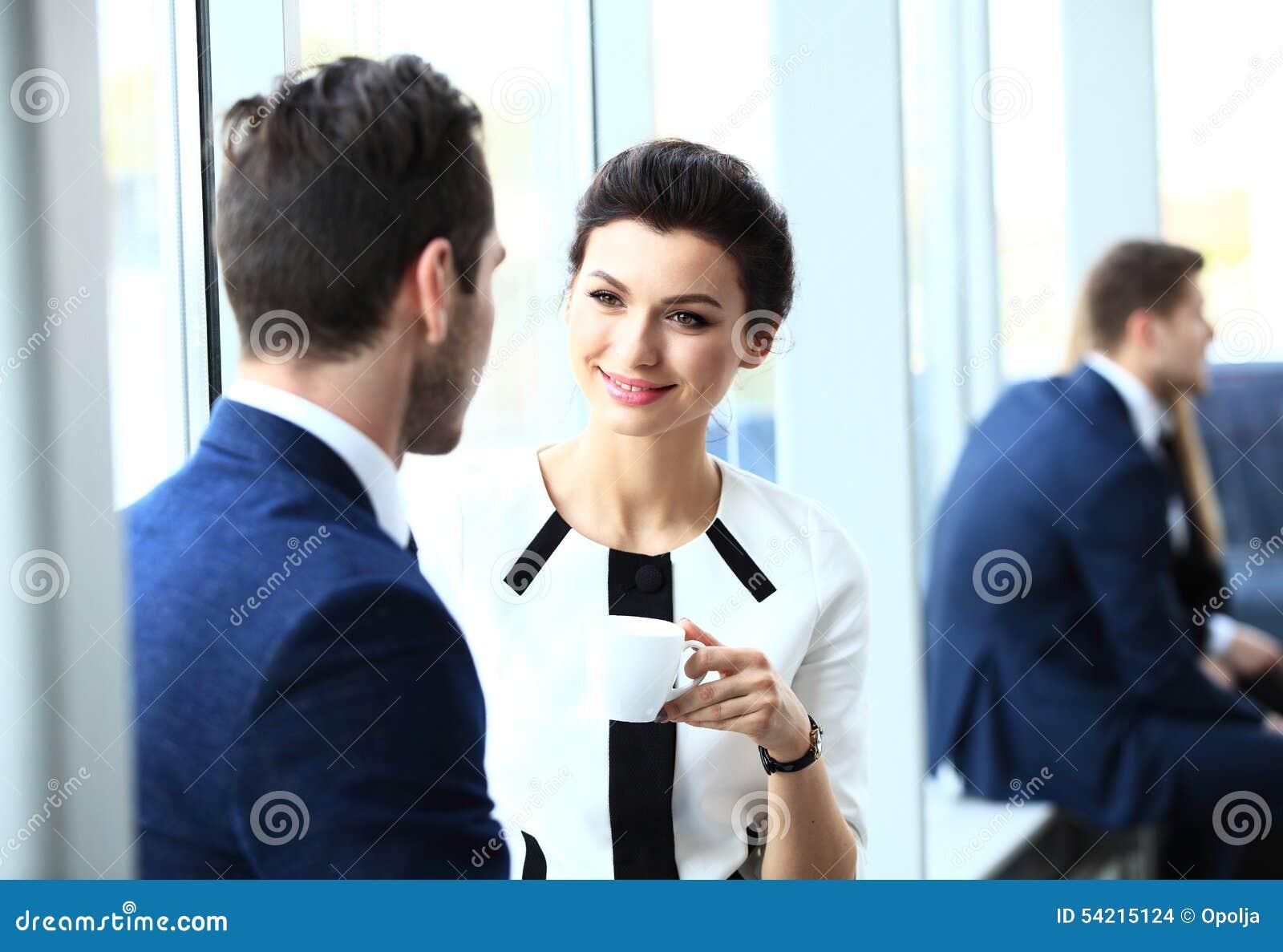 Professionell som pratar under ett kaffeavbrott