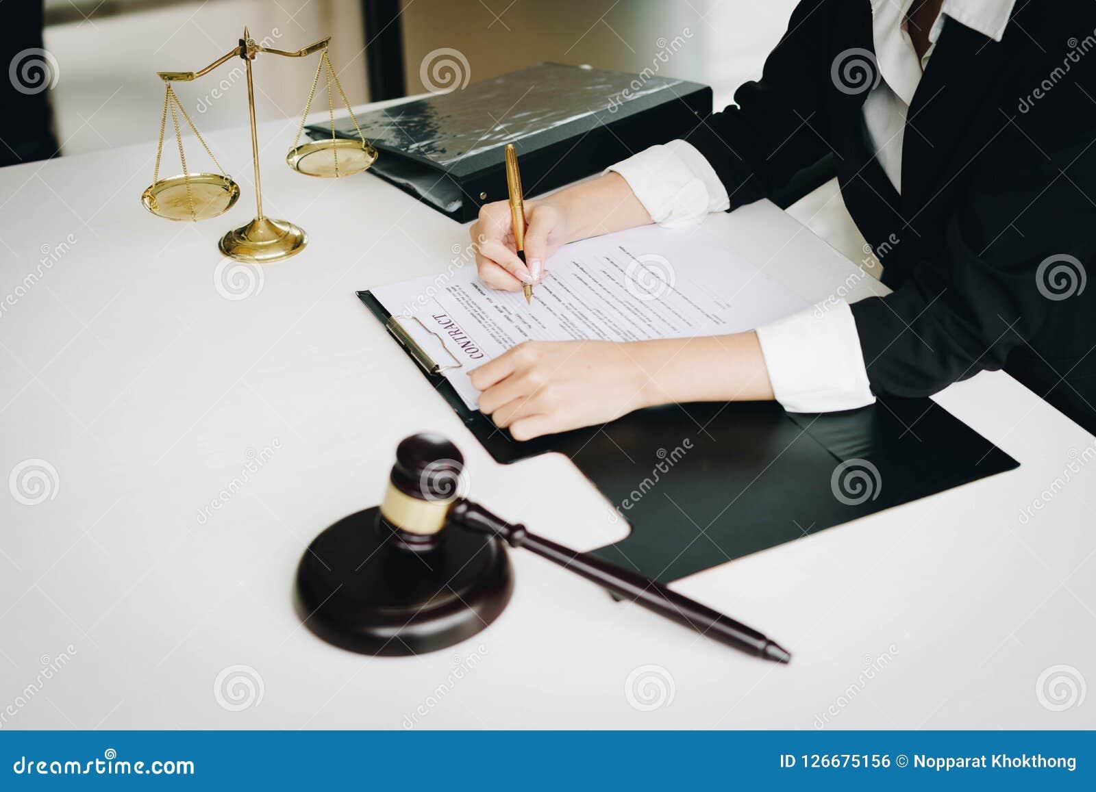 Professionelle weibliche Rechtsanwälte, die an den Sozietäten arbeiten Richter gab