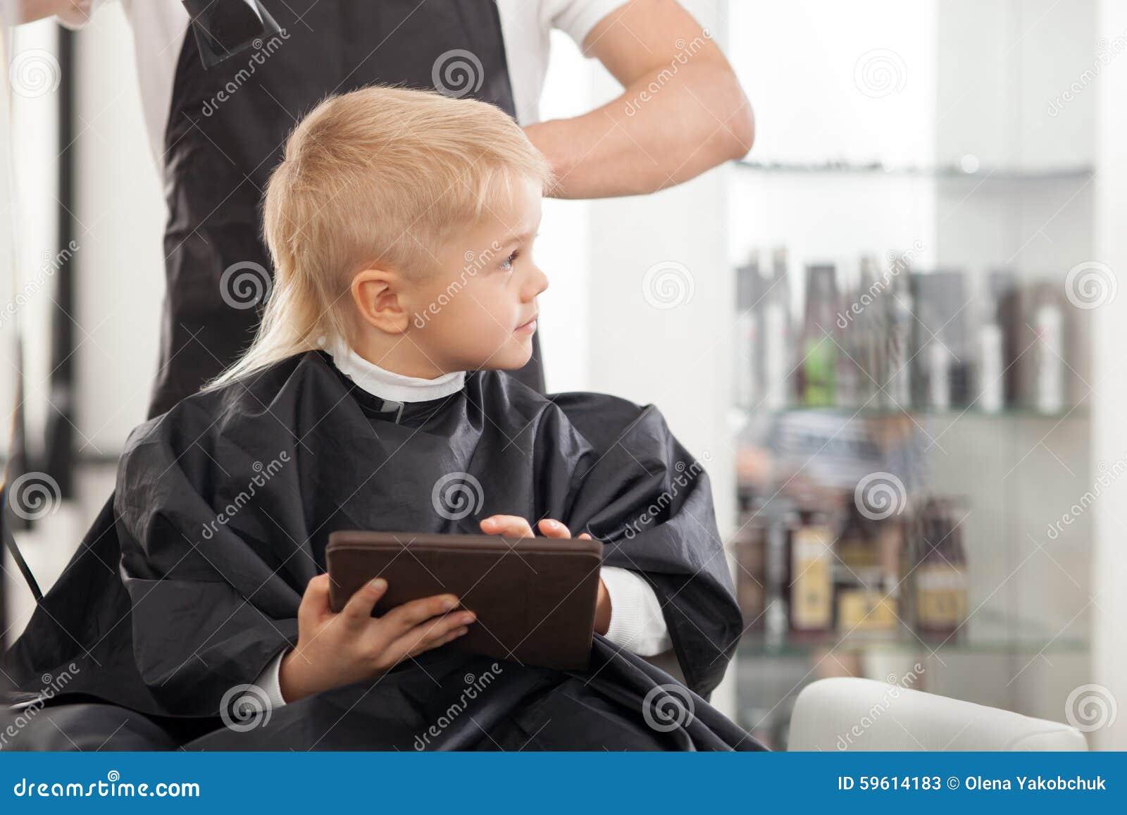 Professioneller Junger Friseur Macht Frisur Für Stockbild Bild Von