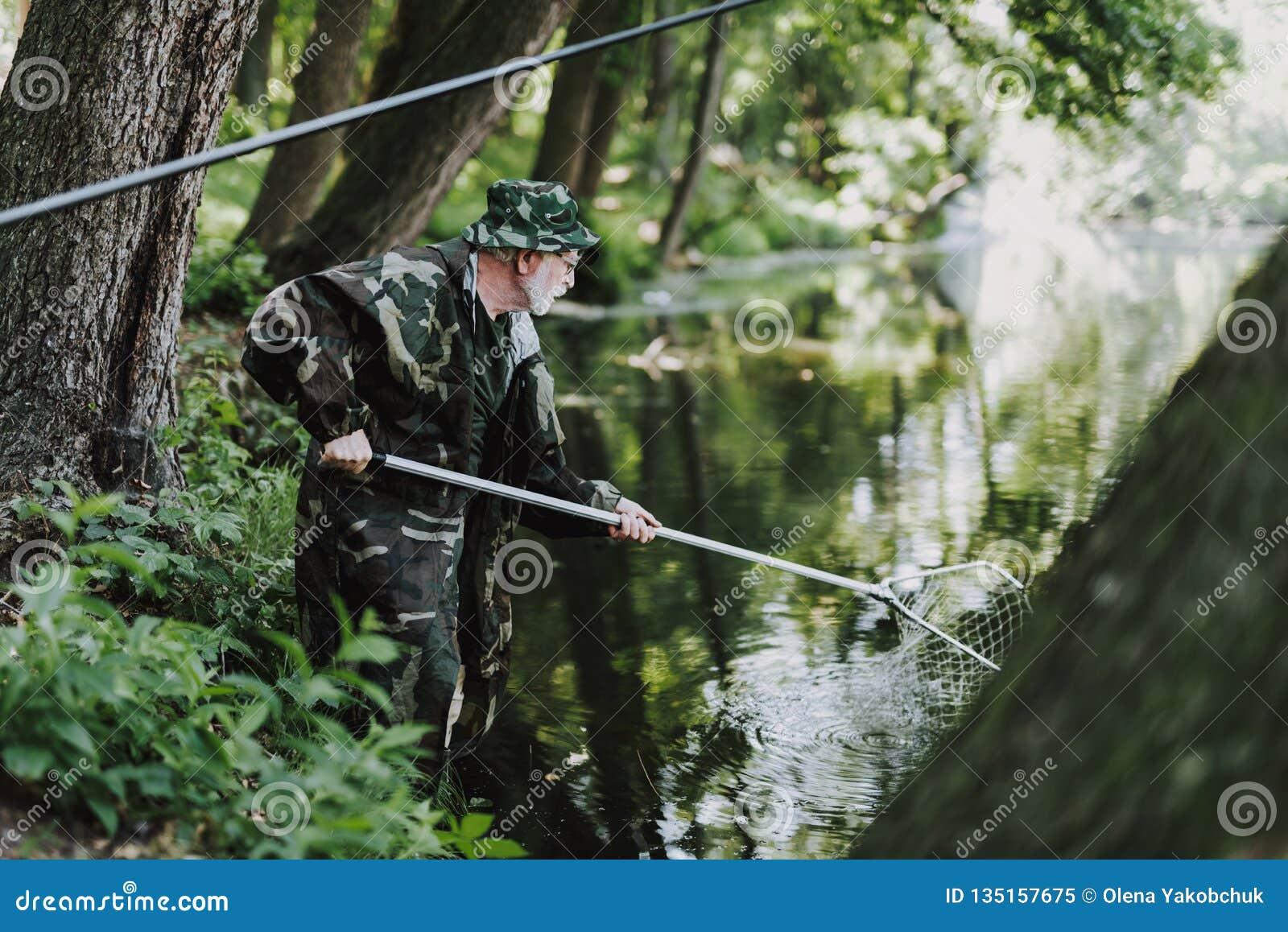 Professionelln åldrades sportfiskaren som använder fisknät i floden
