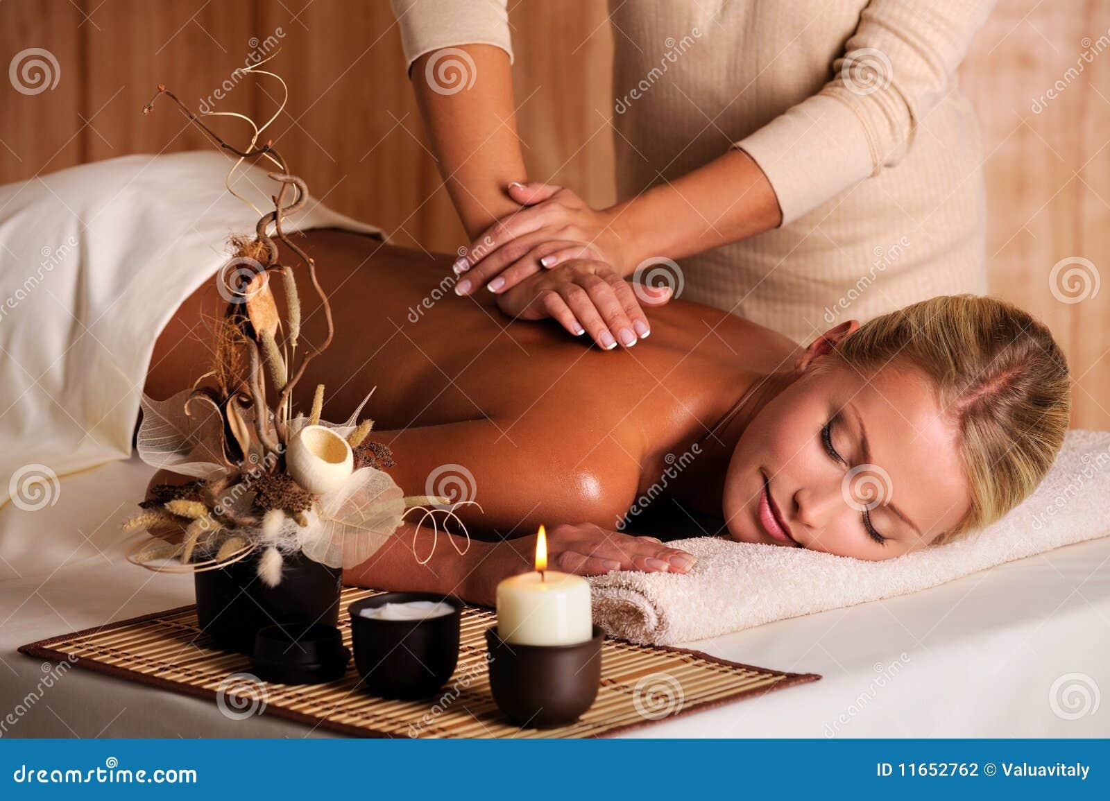 Professionista femminile facente posteriore del masseur di massaggio