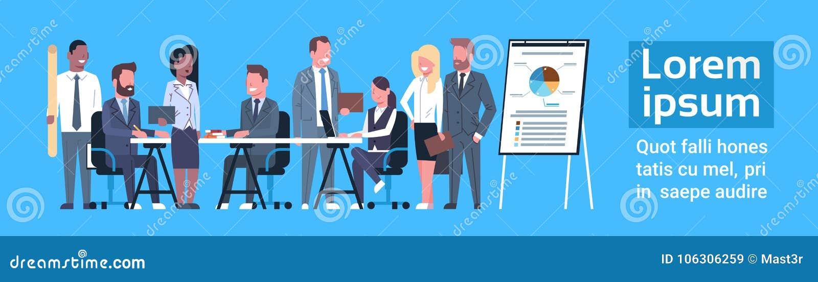 Professionnels d hommes d affaires de Team Brainstorming Concept Group Of d affaires se réunissant discutant des données du march