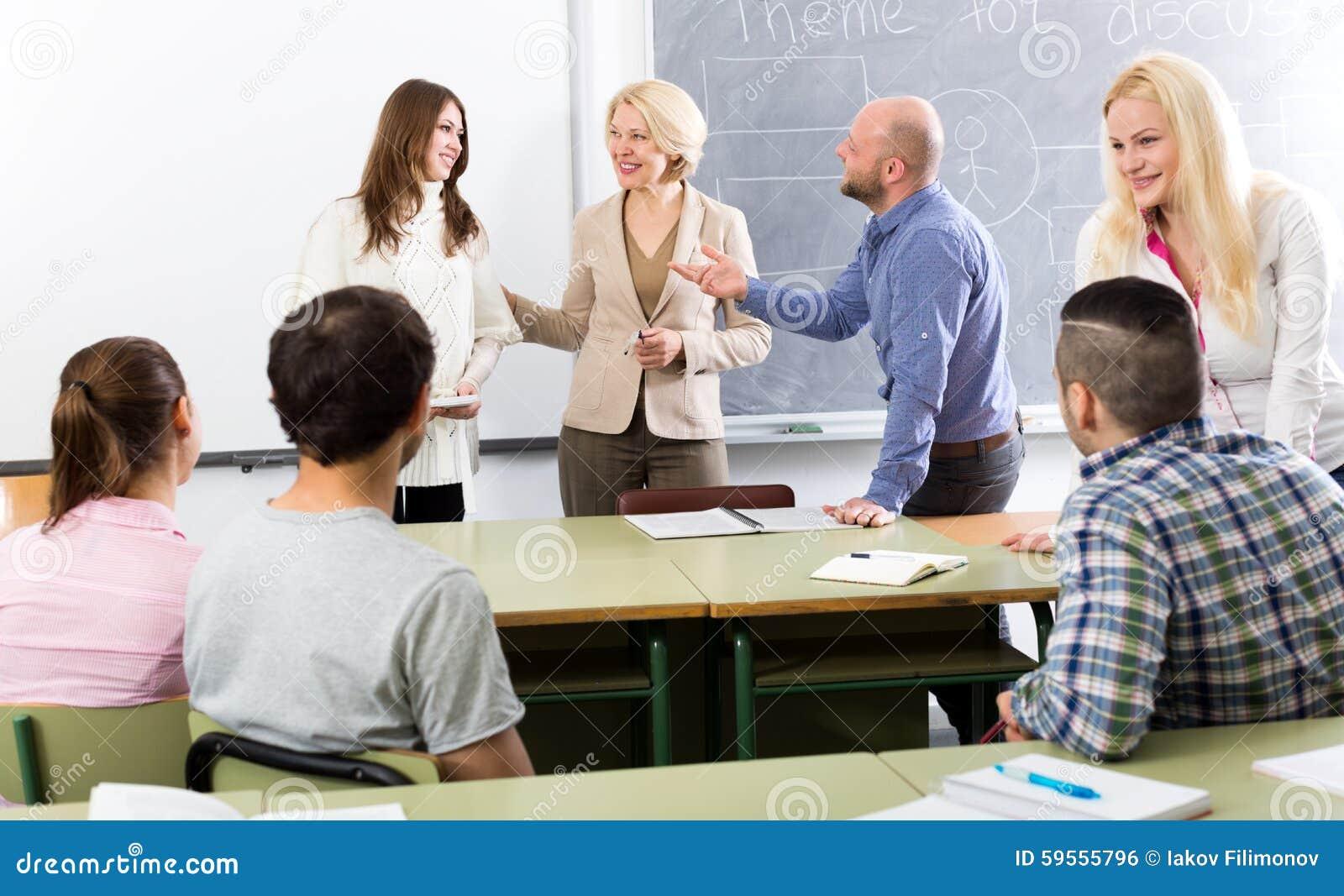 Professionnels et entraîneur à la formation