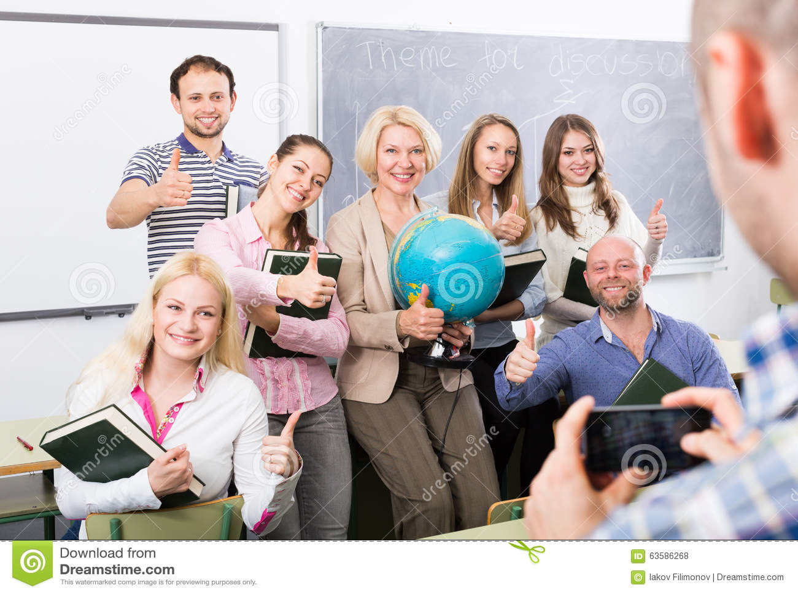 Professionnels et entraîneur faisant le portrait de groupe