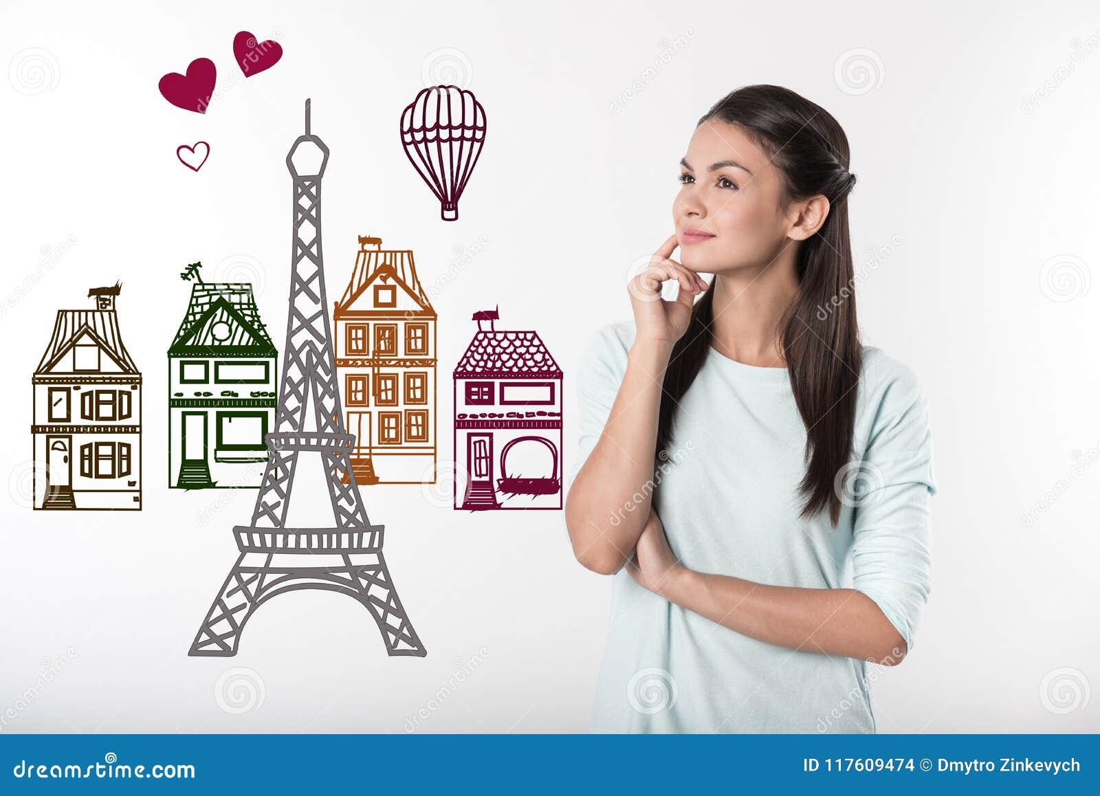Professor calmo que sorri ao sonhar sobre Paris