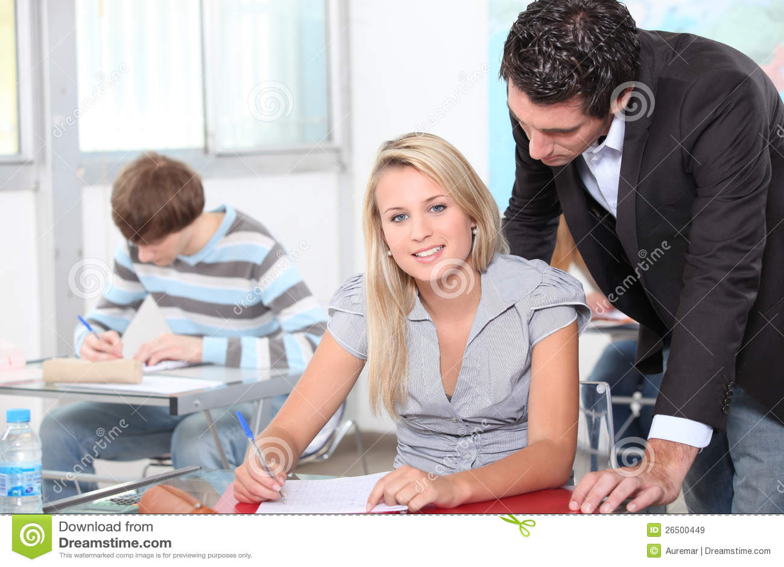 Professor com estudantes