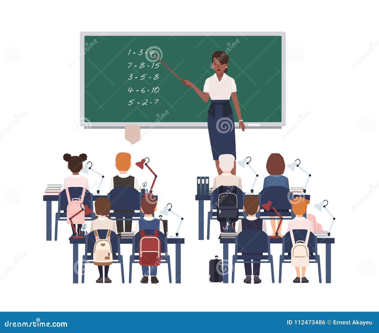 Professor de matemática fêmea que explica a soma às crianças ou aos alunos da escola primária Ensino afro-americano de sorriso da