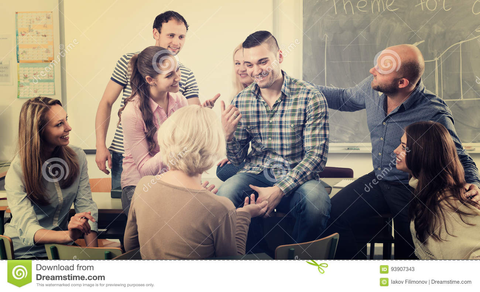 Professor, der verschiedene Altersstudenten konsultiert